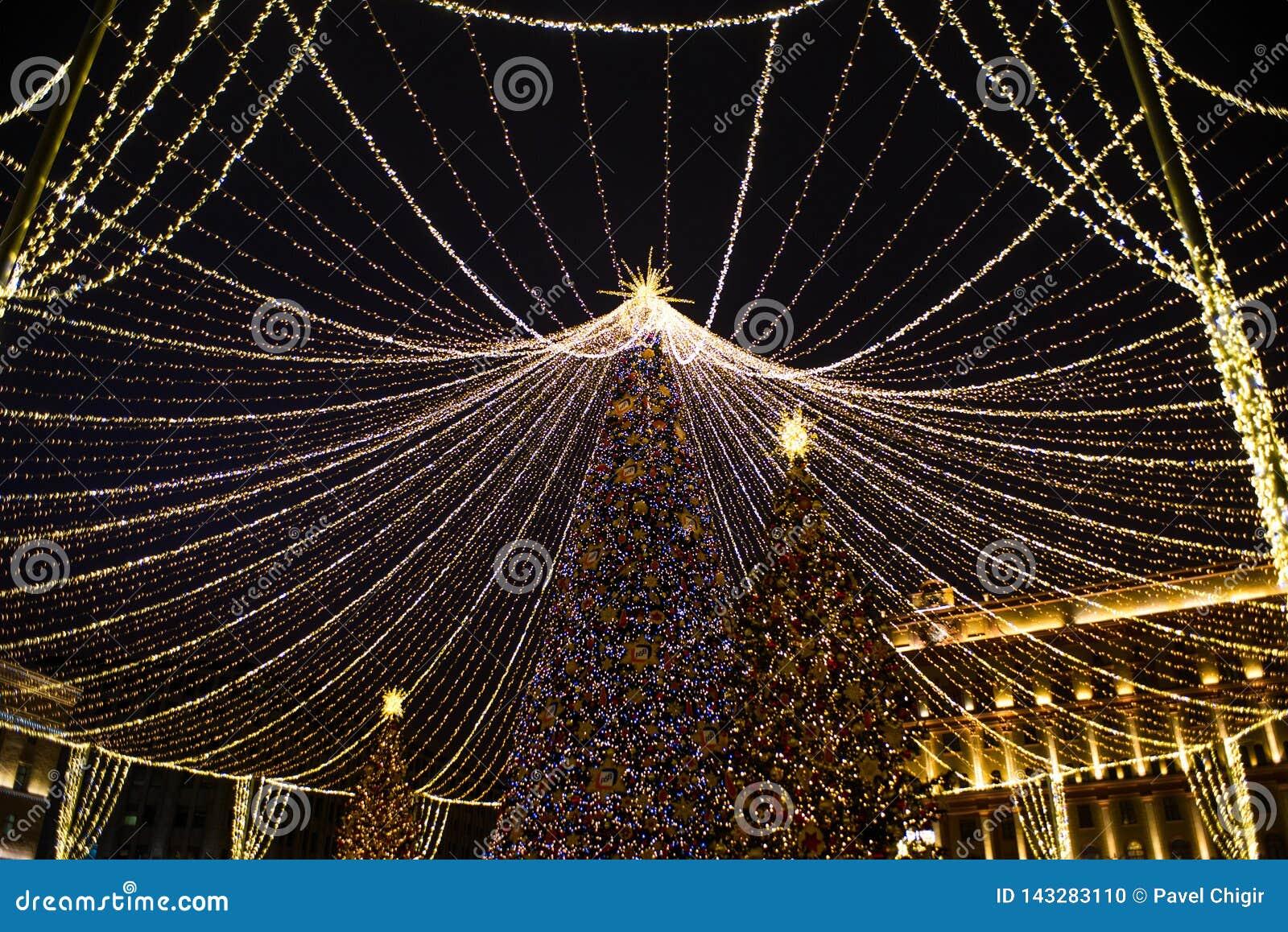 Ano novo, inverno Moscou em toda sua iluminação festiva