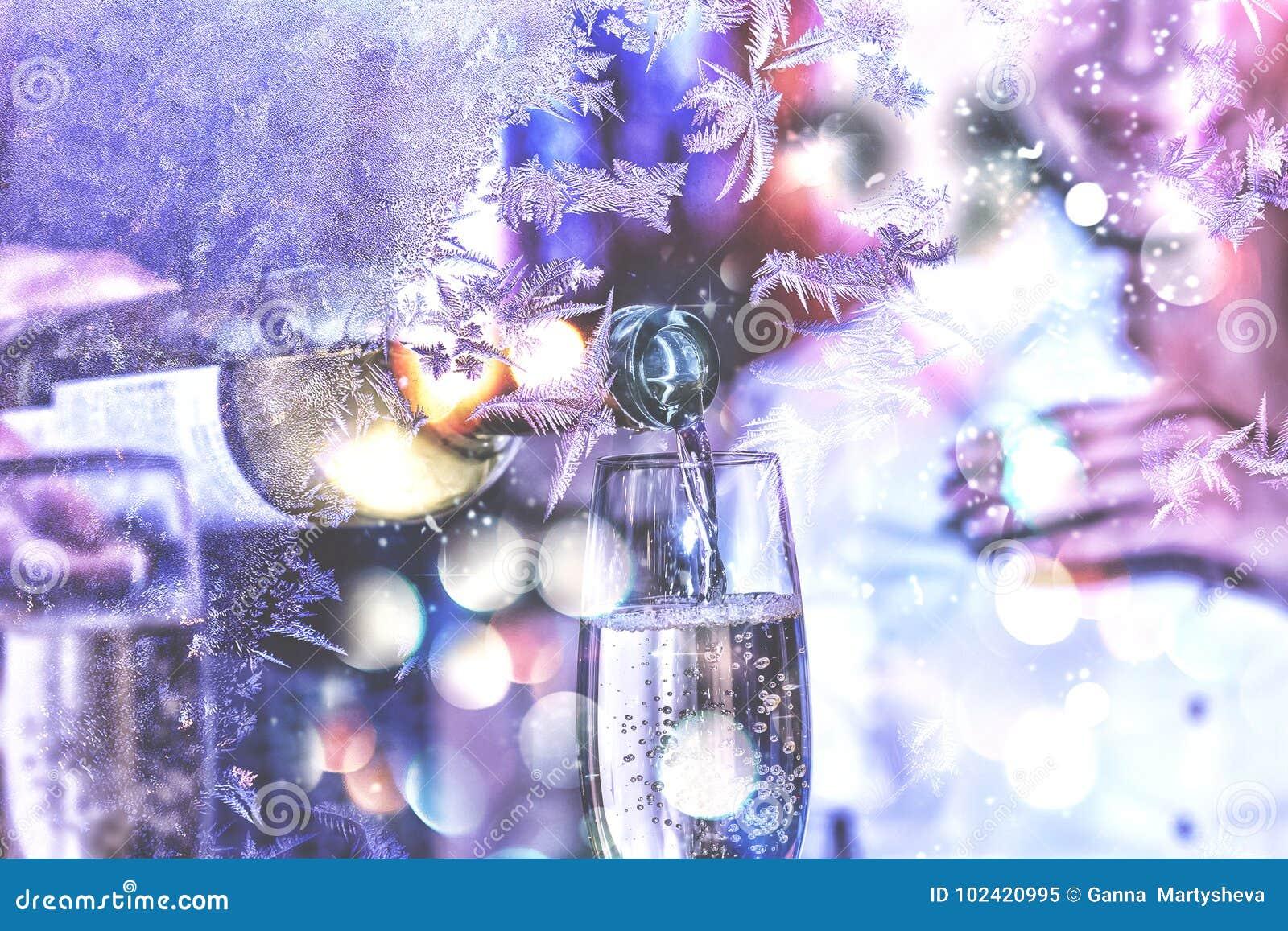 Ano novo, Natal celebration Dia do `s do Valentim O Sommelier ou o garçom derramam o vinho branco em um vidro