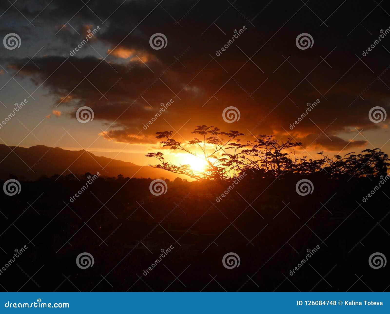 Anochecer de oro en las montañas