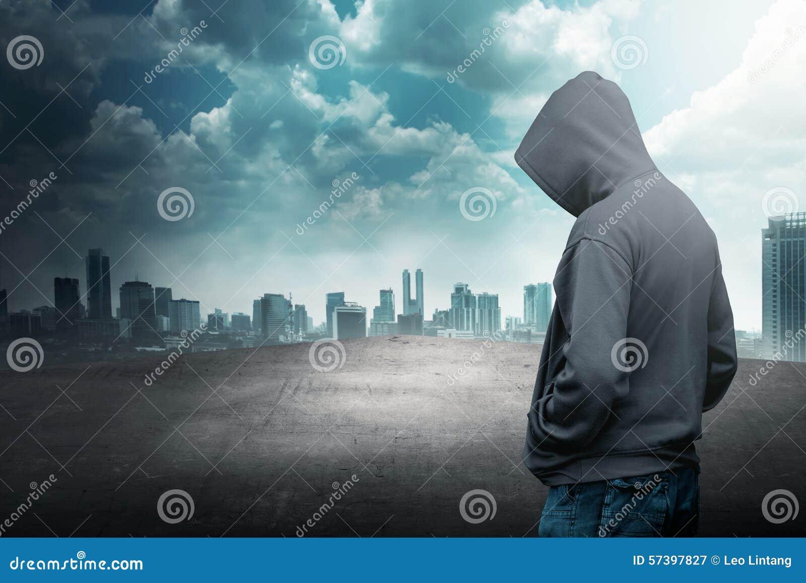 Anonieme mens in kap op het dak