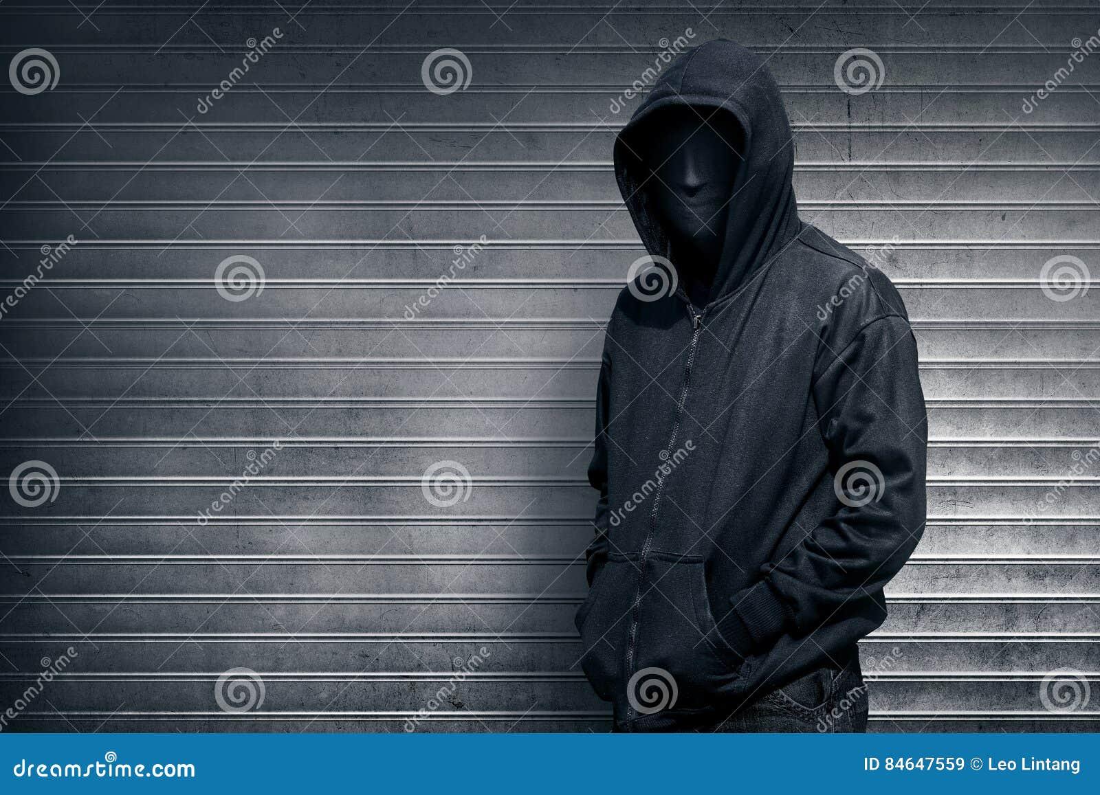 Anonieme mens op grijze blinddeur