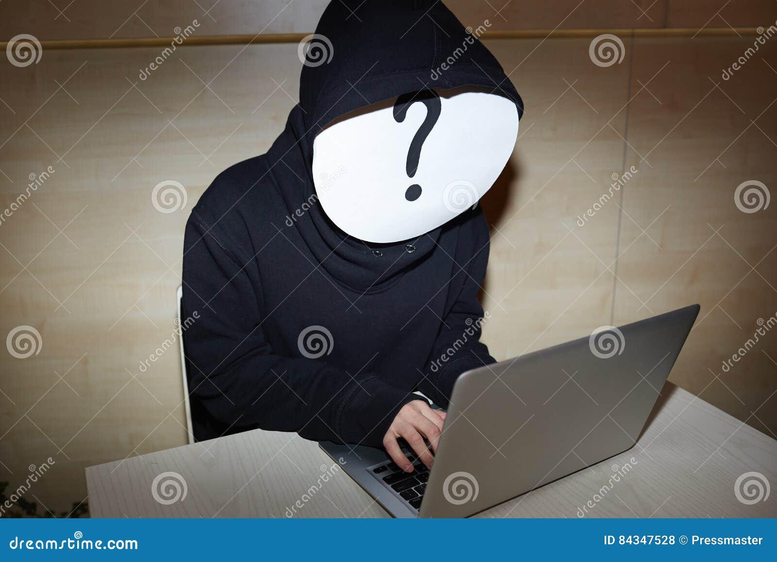 Anonimowy hacker z laptopem