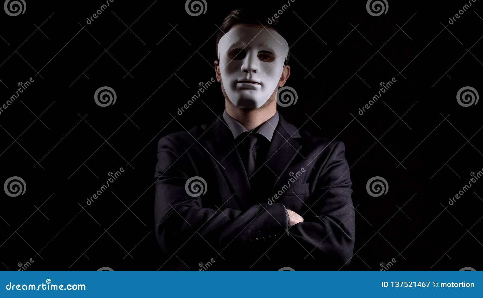 Anonimowy mężczyzna w garnituru falcowania rękach, maskujący osobowość, chuje dochód