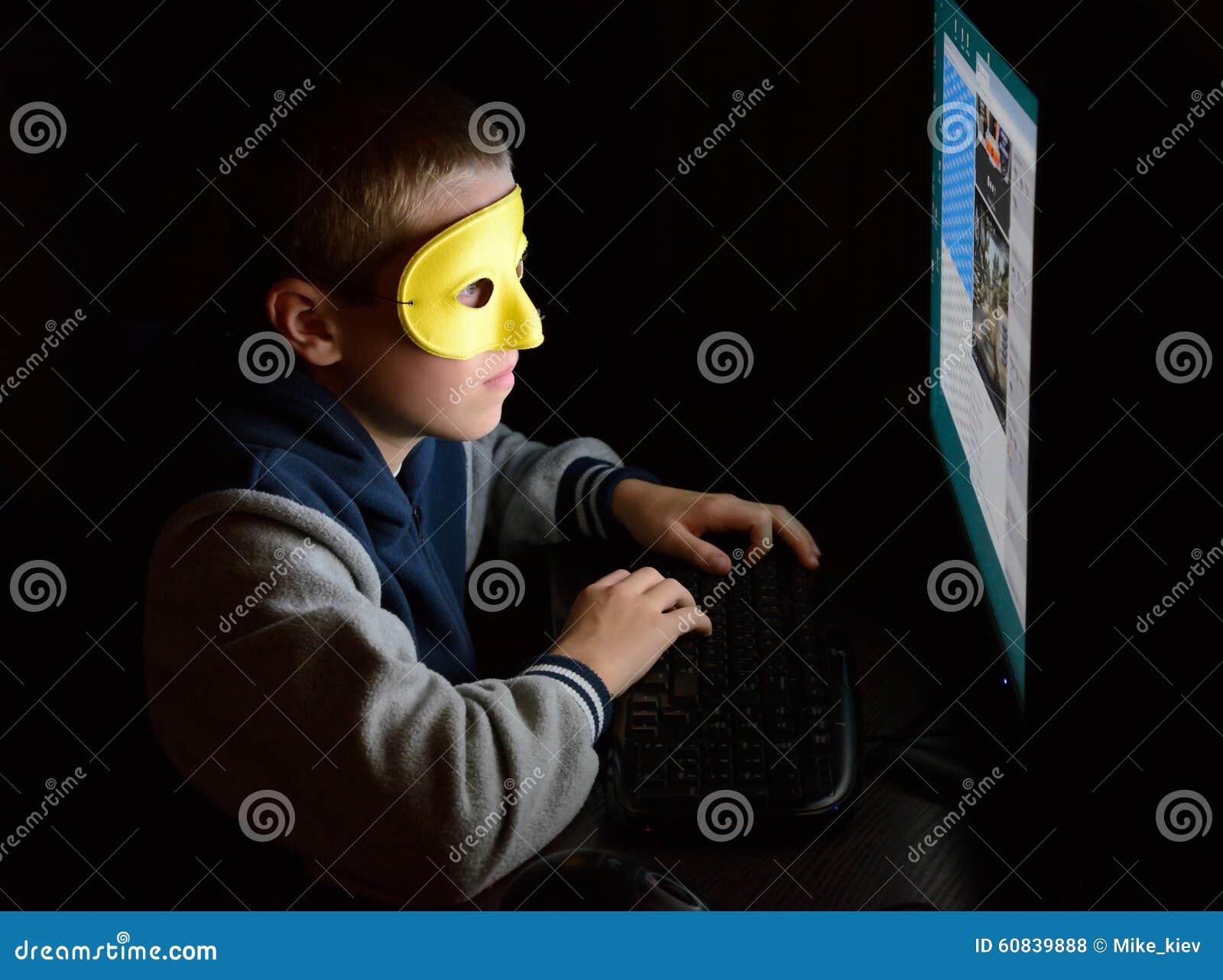 Anonimowy użytkownik patrzeje ekran