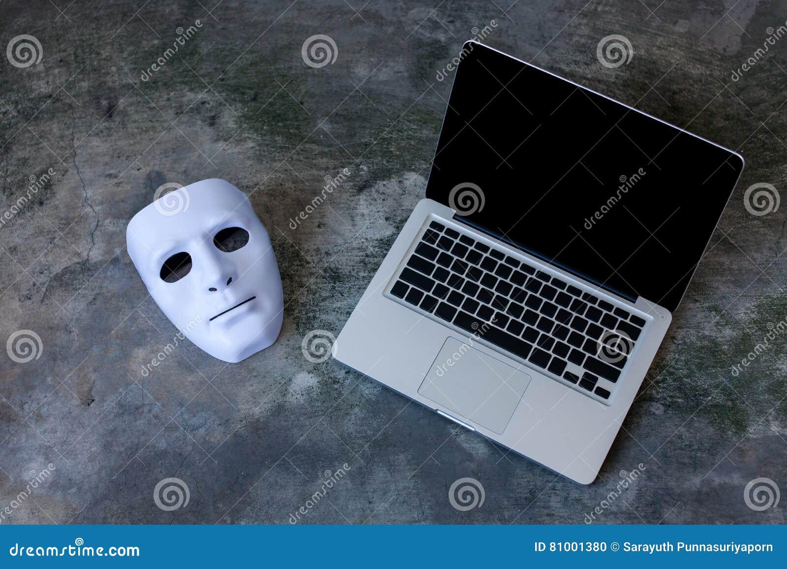 Anonym maskering som döljer identitet på datorbärbara datorn - internetbrottsling och begrepp för cybersäkerhetshot