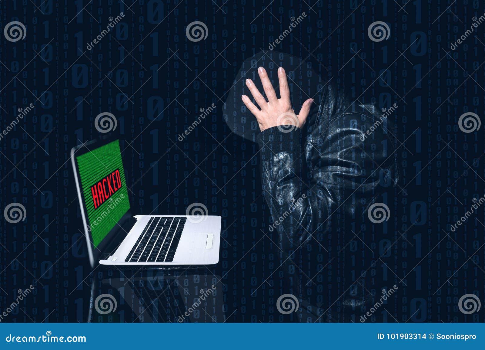 Anonyme entaillé mettant ses mains sur sa tête avec beaucoup de souci