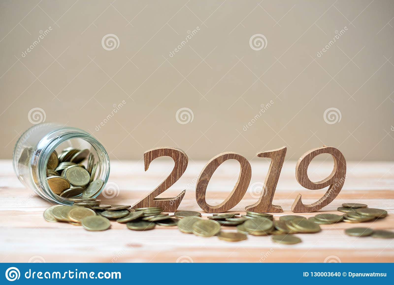 2019 anos novos felizes com a pilha das moedas de ouro e número de madeira na tabela negócio, investimento, planeamento de aposen