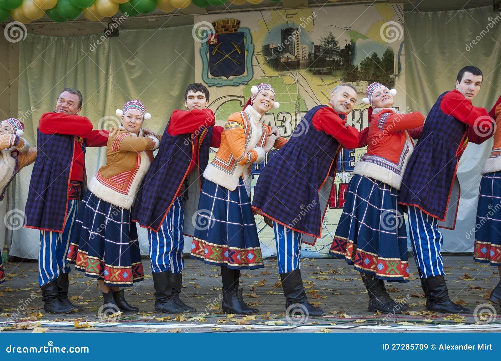 Ansamble popular do russo do arco-íris da dança