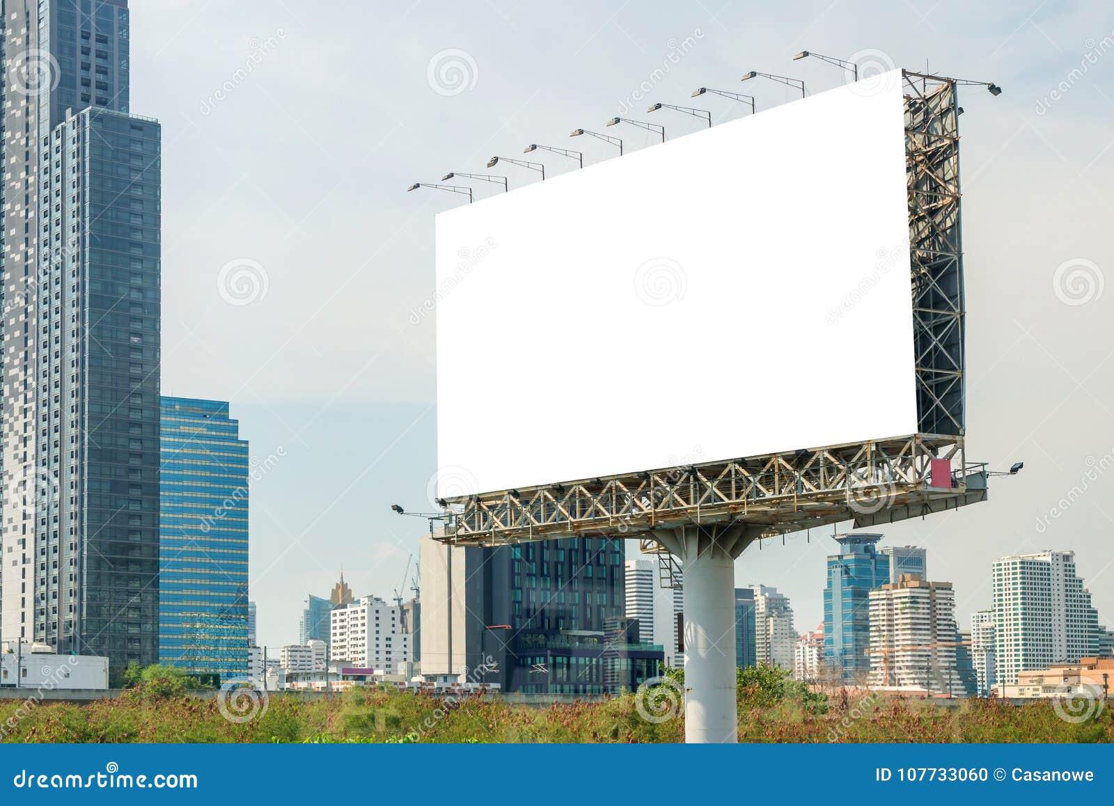 Anschlagtafelfreier raum auf Straße in der Stadt für die Werbung des Hintergrundes