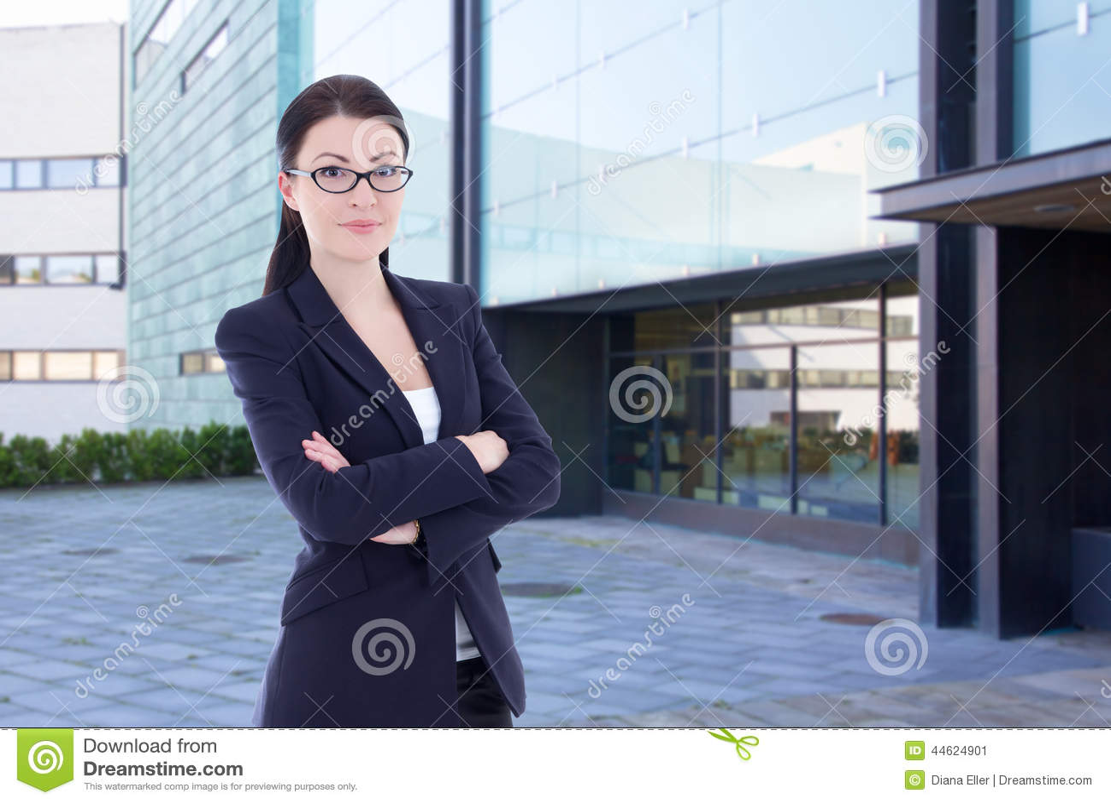 Anseende för affärskvinna på gatan mot kontorsbyggnad