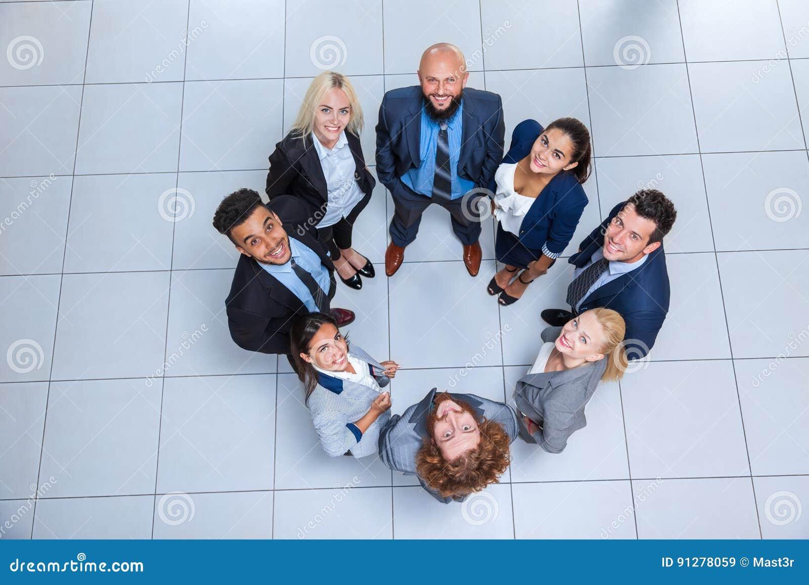 Anseende för leende för grupp för affärsfolk lyckligt på den bästa sikten för modernt kontor