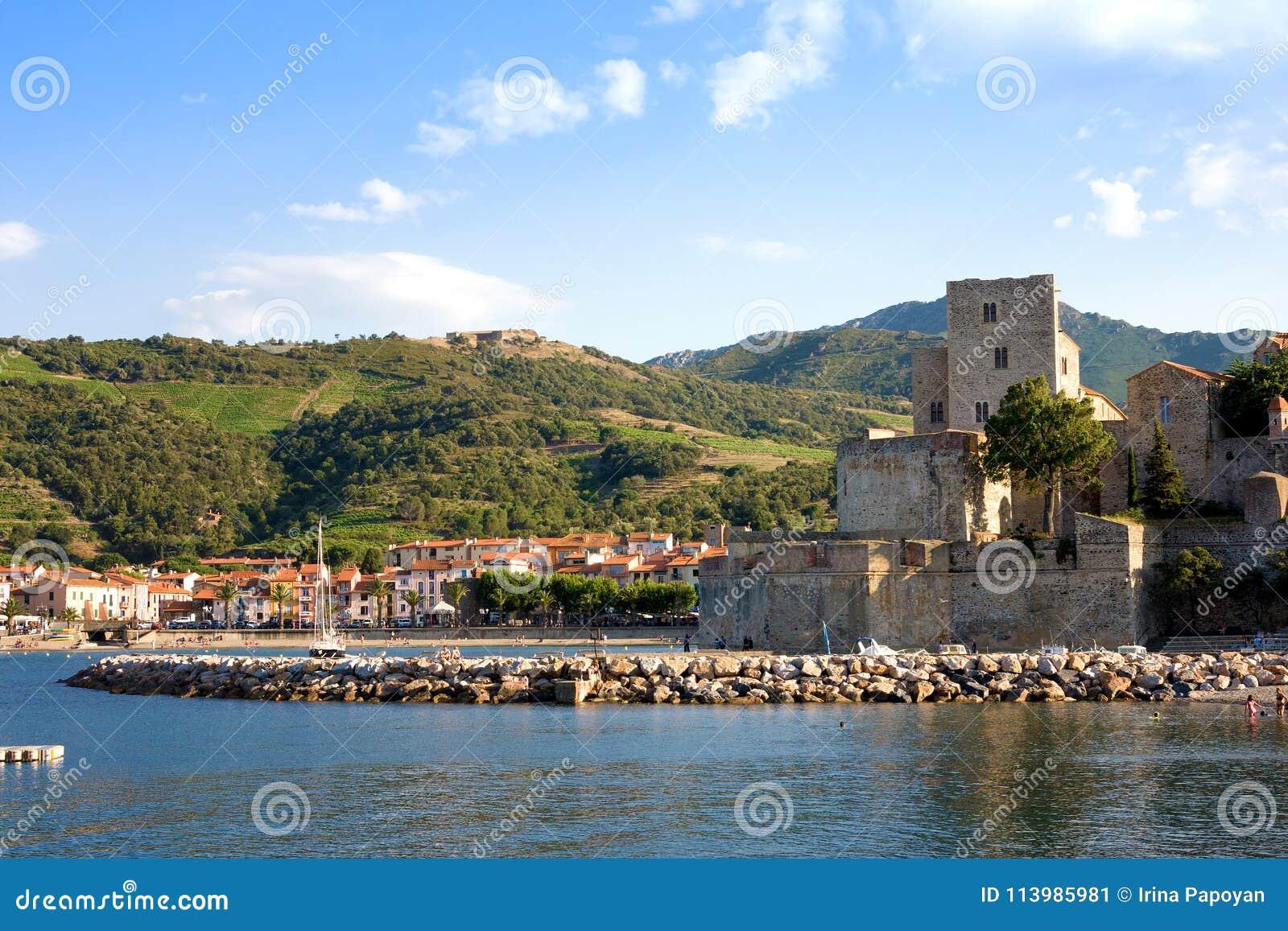 Ansicht über Chateau Royal de Collioure im kleinen Dorf von Colliure, südlich von Frankreich