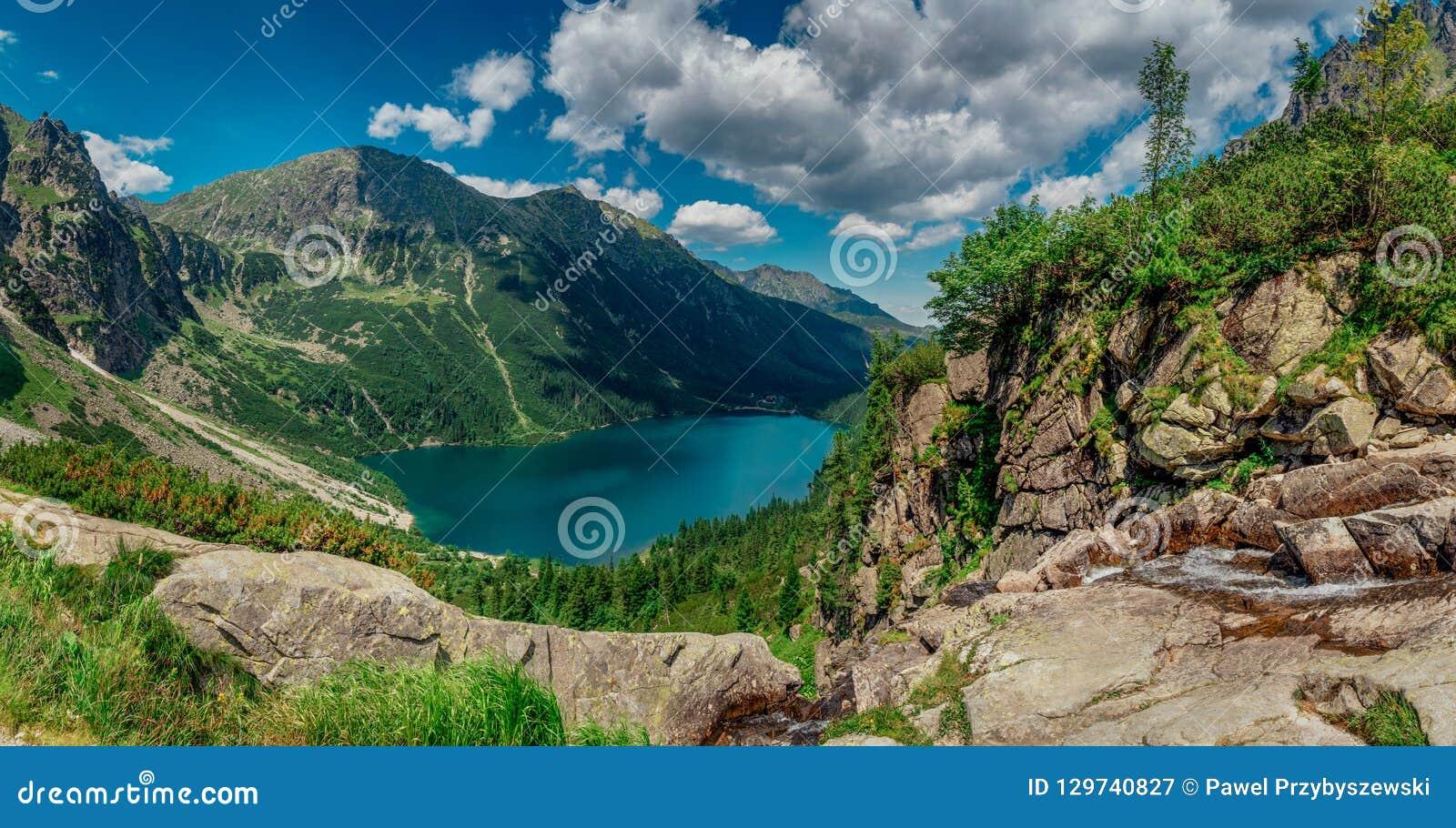 Ansicht über den Türkisfarbsee zwischen den hohen und felsigen Bergen