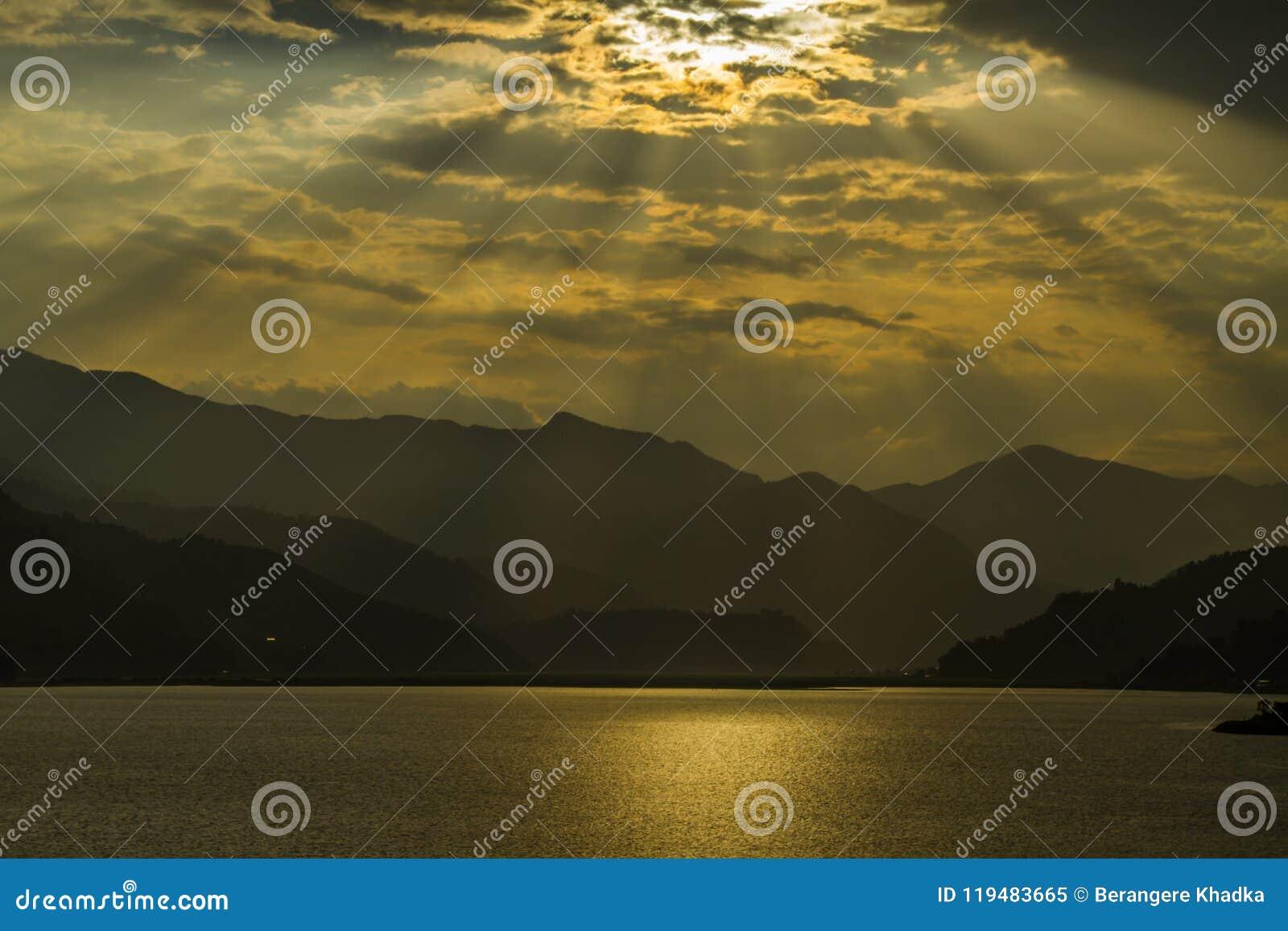 Ansicht über Fewa See und Berge in Pokhara, Nepal