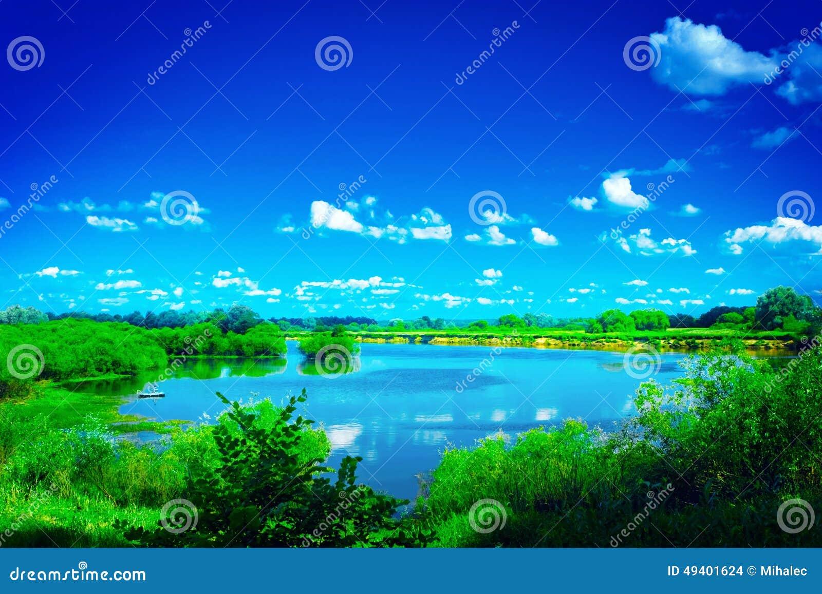 Download Ansicht über Schönen Blauen See Mit Grünen Rändern Und Stockfoto - Bild von schönheit, wolke: 49401624
