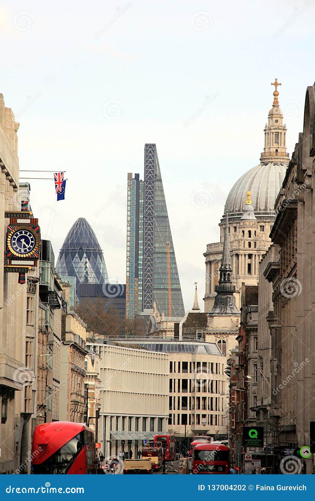 Ansicht über St. Paul Cathedral, die Essiggurke und das Leadenhall-Gebäude in London