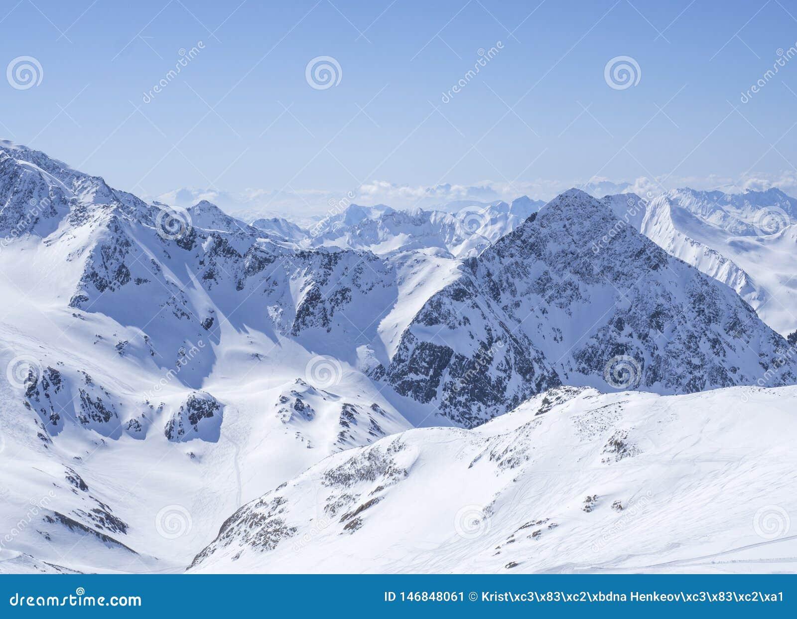 Ansicht über Winterlandschaft von der Spitze Schaufelspitze-Berges an Skigebiet Stubai Gletscher mit Schnee umfasste Spitzen an