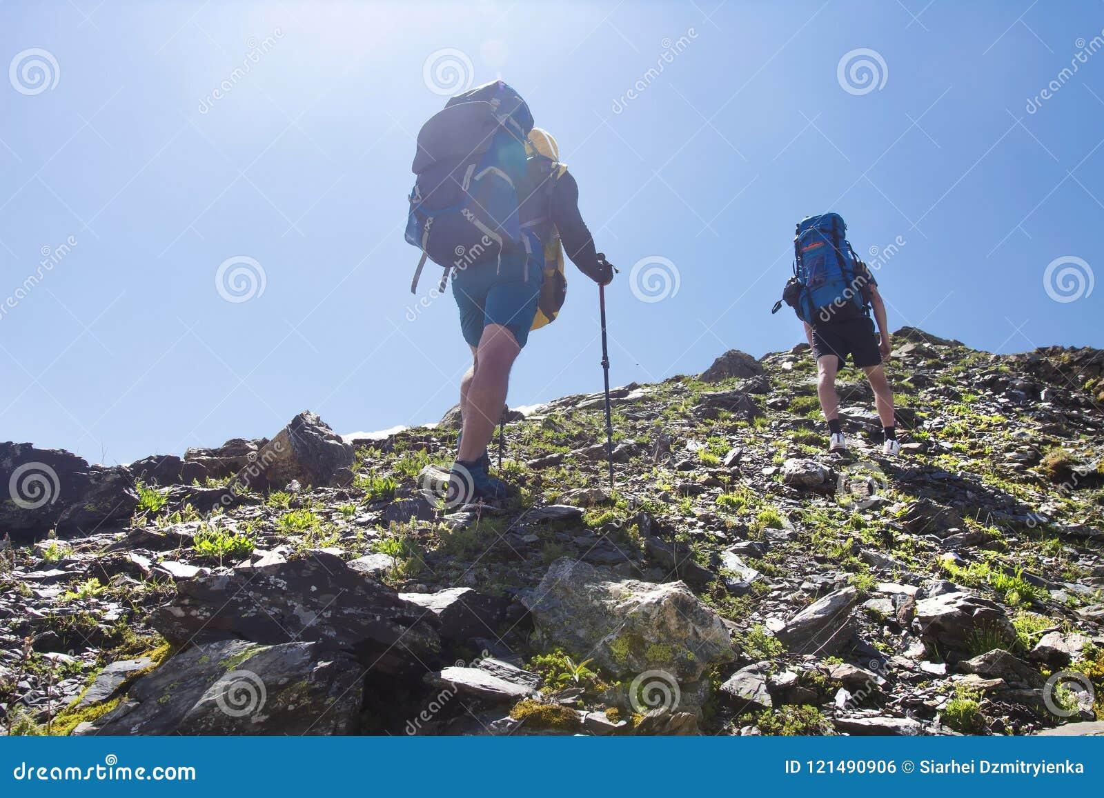 Ansicht über zwei Bergsteiger wandern Berg zur Spitze des Berges Freizeitbetätigung in den Bergen Wandern des Sports in Svaneti,