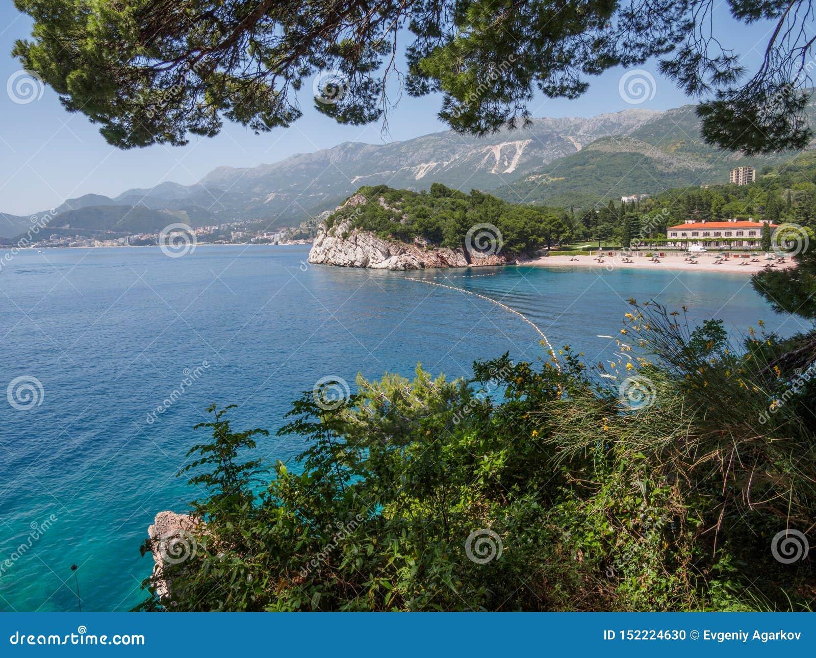 Ansicht in das adriatische Meer von Milocer-Park K?ste Budva Riviera