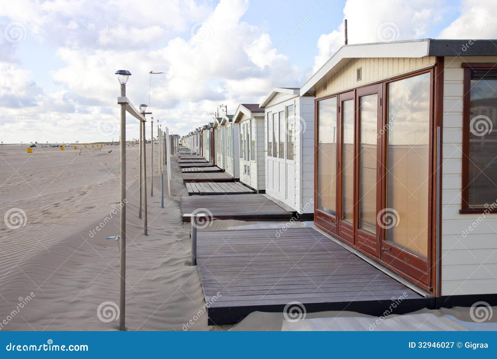 Ansicht an den strandhäusern auf strand in ijmuiden