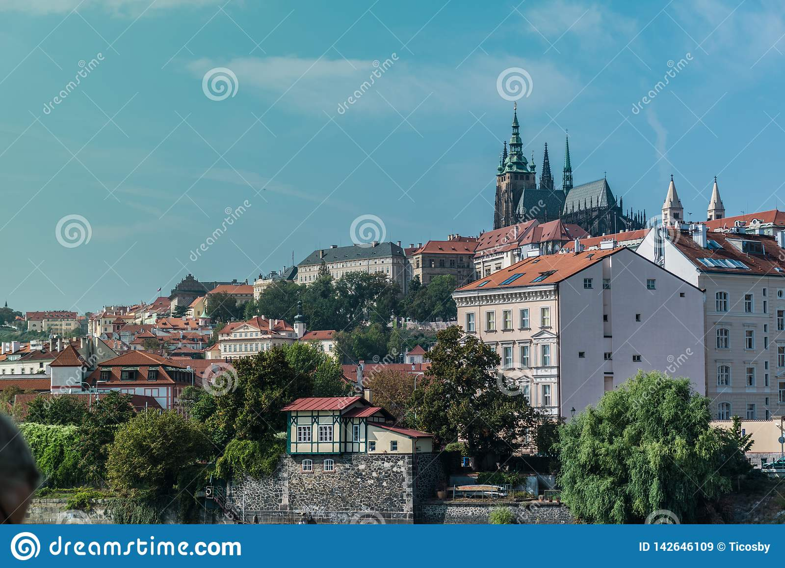 Ansicht der alten Stadt von Prag, mit den Türmen der Stadtkathedrale der Heiliger Vitus, Wenceslaus und Adalbert