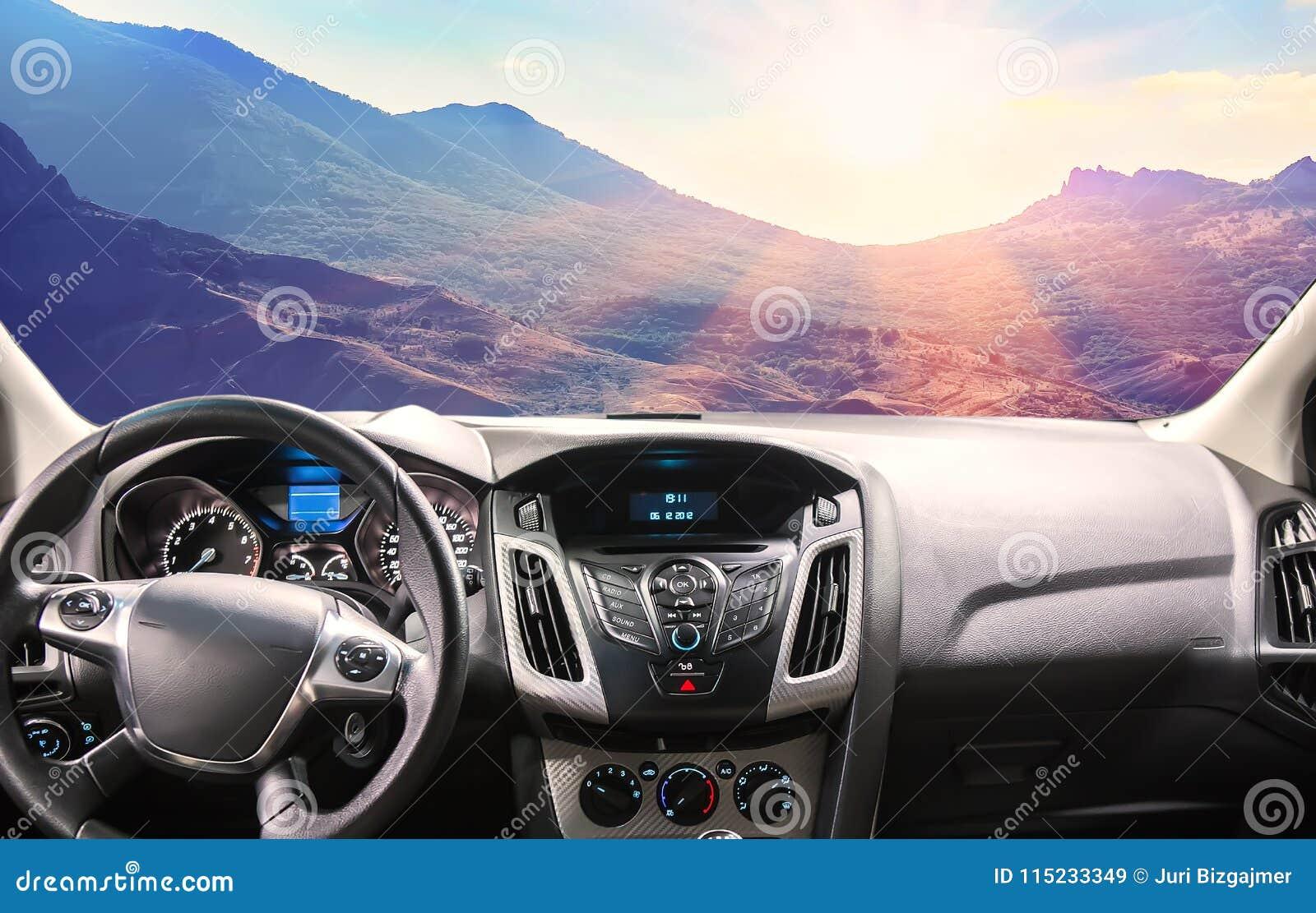 Ansicht der Gebirgslandschaft vom Auto durch die Windschutzscheibe