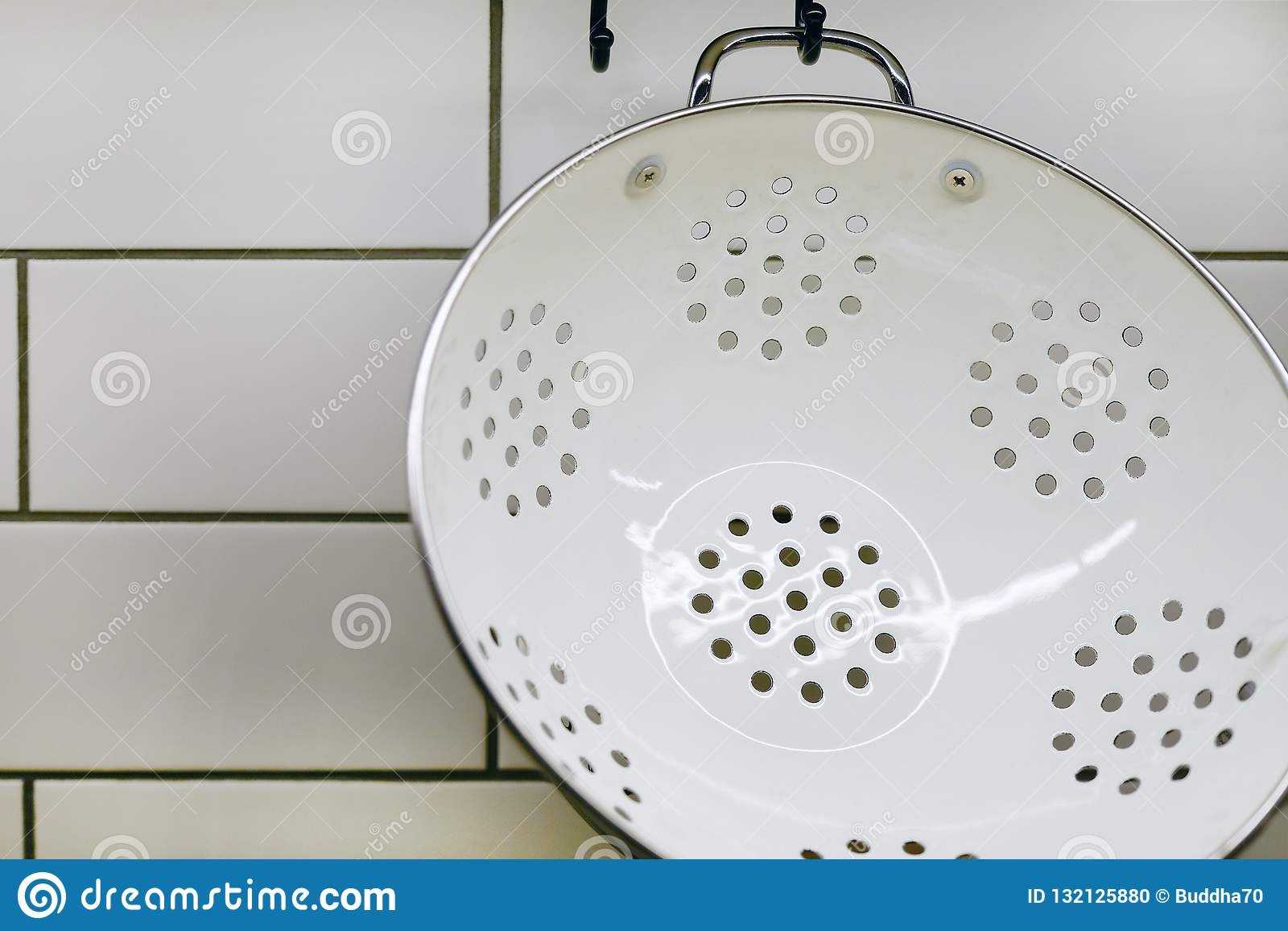 Ansicht der Küchenarbeitsplatte mit einem Schneidebrett, an die Wand einiges nützliches, Eimer und Eimer und Abstreicheisen hänge