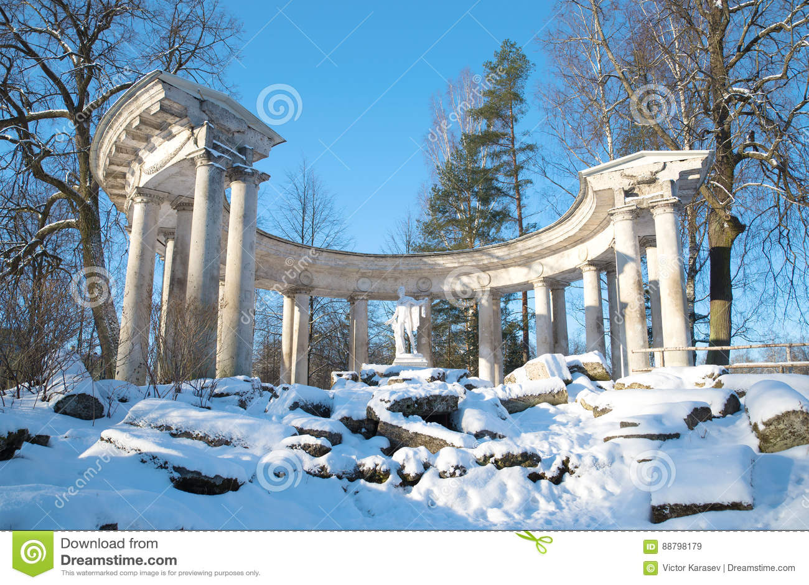 Ansicht der Kolonnade von Apollo im Pavlovsk-Palastpark an einem sonnigen Februar-Tag St Petersburg