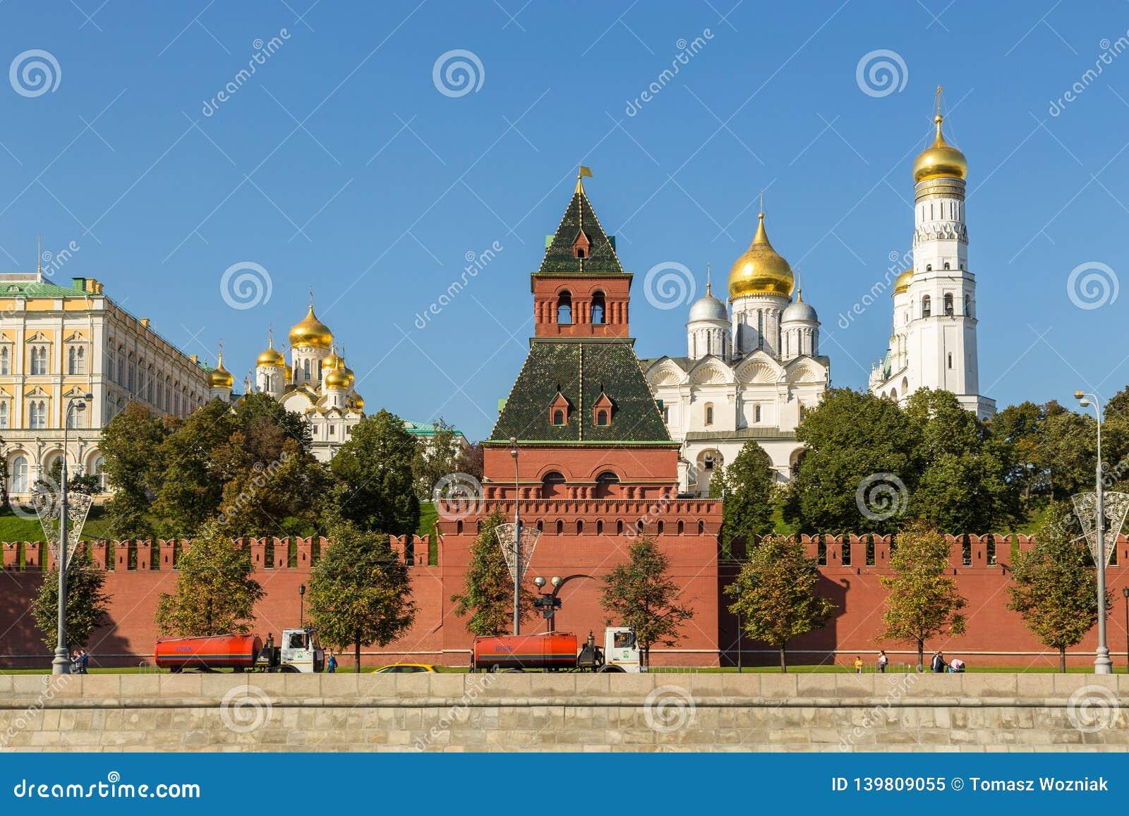 Ansicht der der Kreml-Wand mit geheimem oder Tainitskaya-Turm, Moskau, Russland