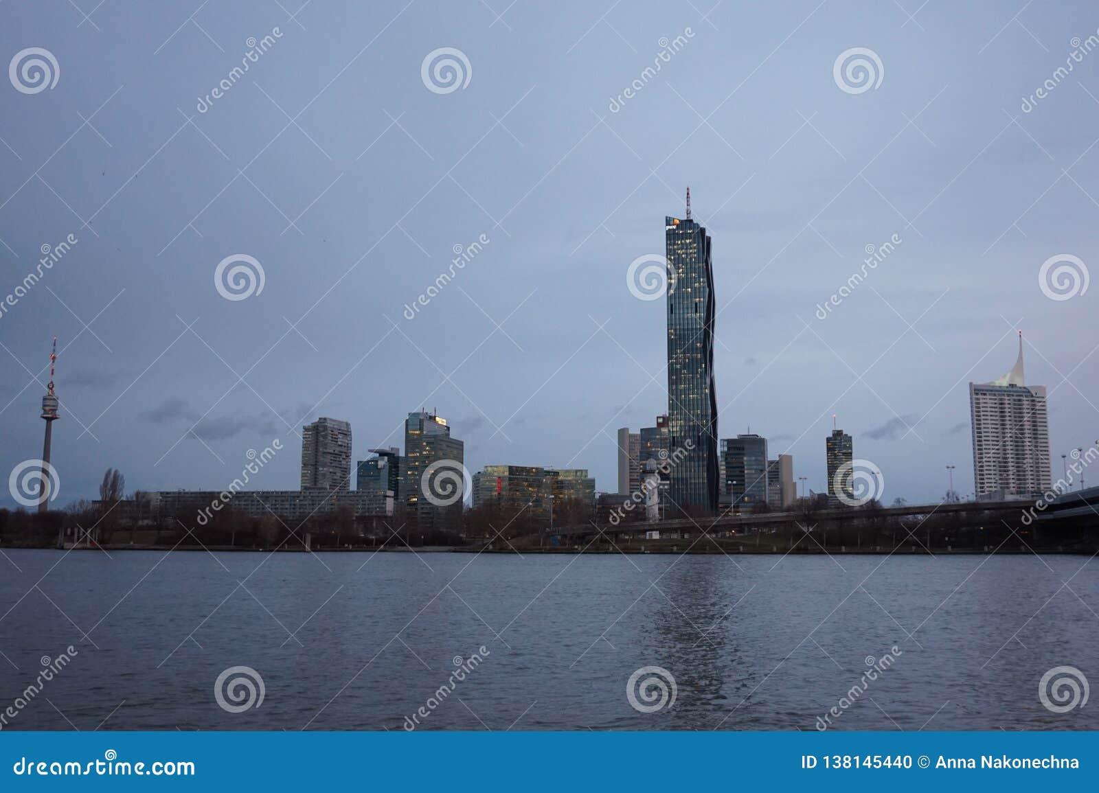Ansicht der linken Bank der Donaus in Wien dämmerung