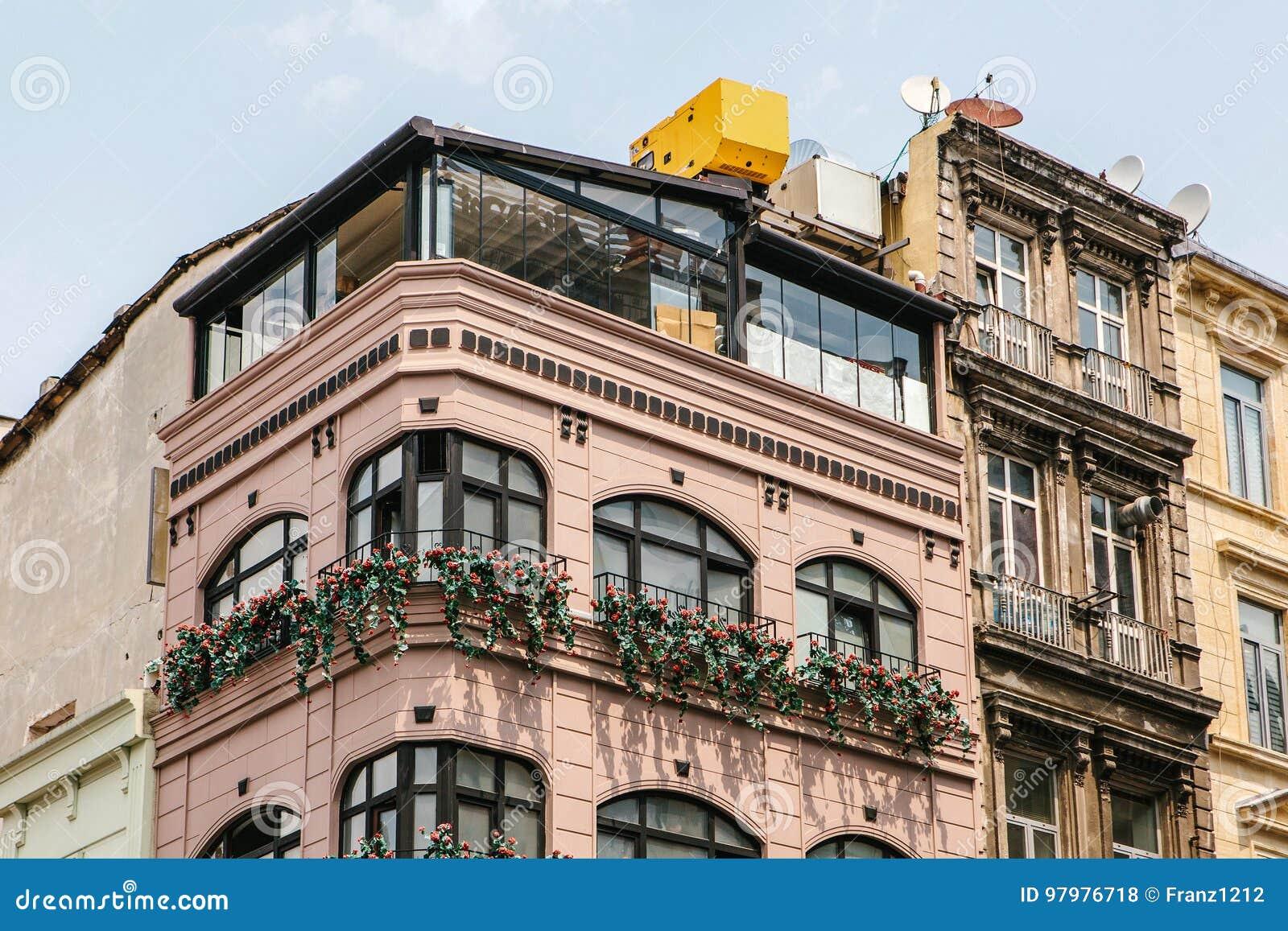 Ansicht der modernen Stadtgebäudefassade mit Blumenbalkonen
