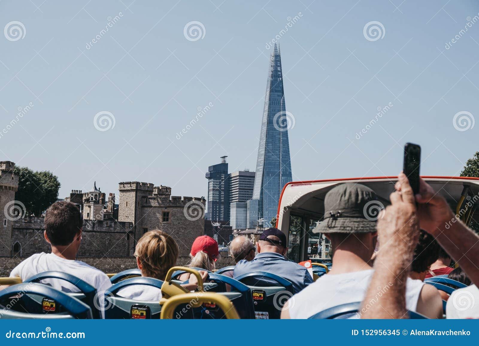 Ansicht der Scherbe, London, Großbritannien, von der Spitze des Reisebusses voll mit Touristen