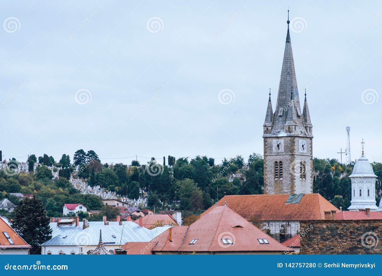 Ansicht der Stadt, Dachspitzen, eine Kapelle auf der Hauptstraße Turda Rumänien