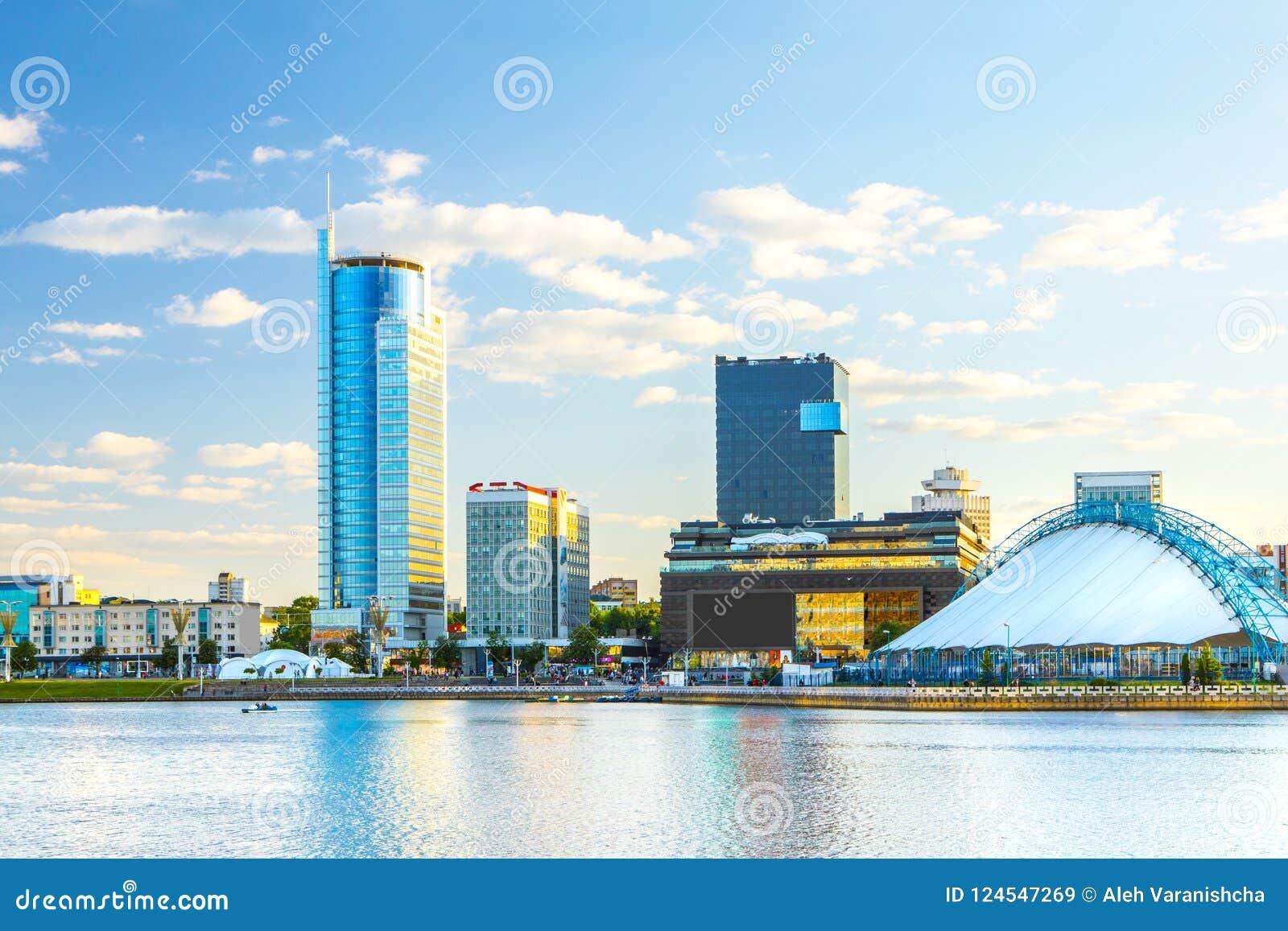 Ansicht der Stadt von Minsk bei Sonnenuntergang Nemiga-Bezirk