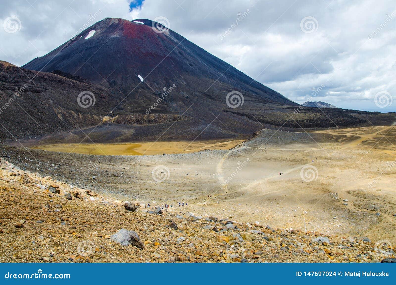 Ansicht des Bergs Ngauruhoe - Berg-Schicksal von alpiner Kreuzungswanderung Tongariro mit Wolken oben