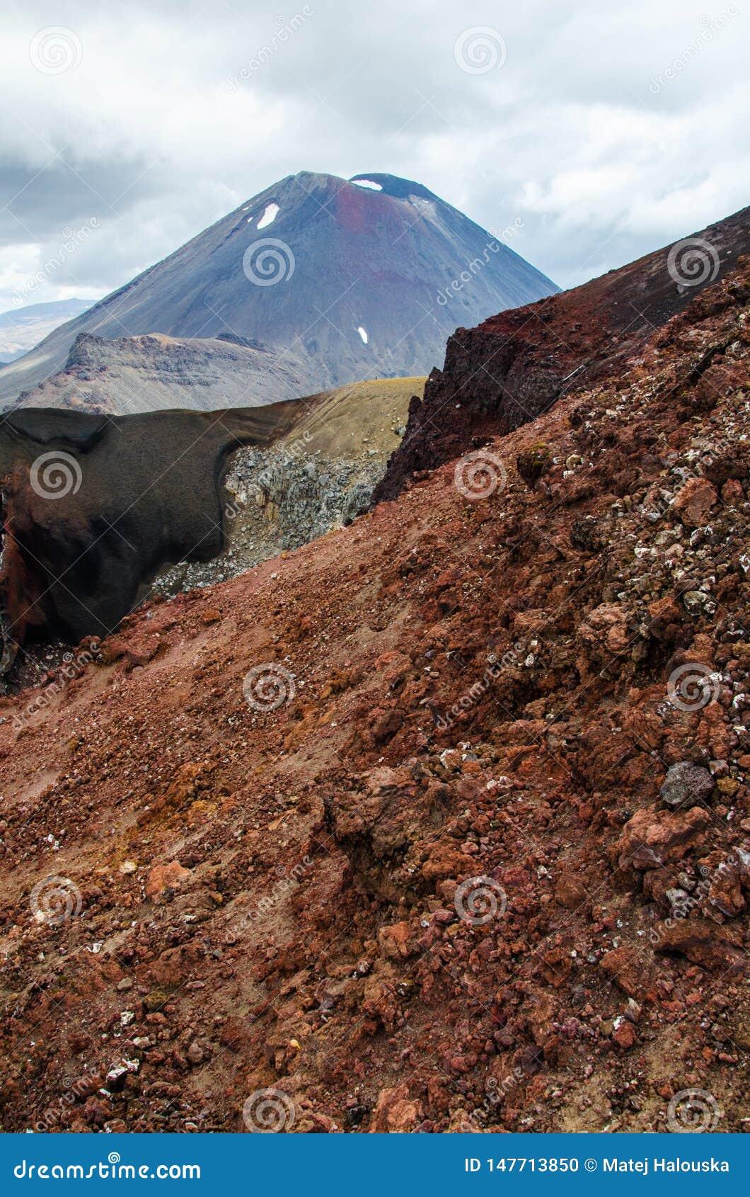 Ansicht des Bergs Ngauruhoe - Berg-Schicksal von alpiner Kreuzungswanderung Tongariro mit Wolken oben und rotem Krater im Vorderg