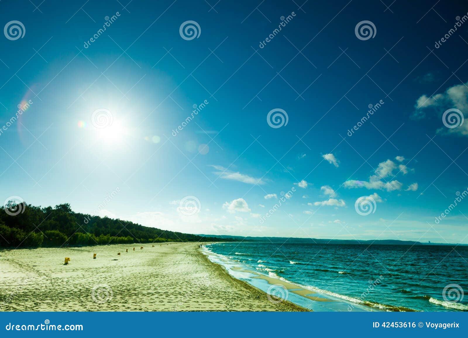 Ansicht des bewölkten Himmels in Meer mit Abdrücken auf einem Strand