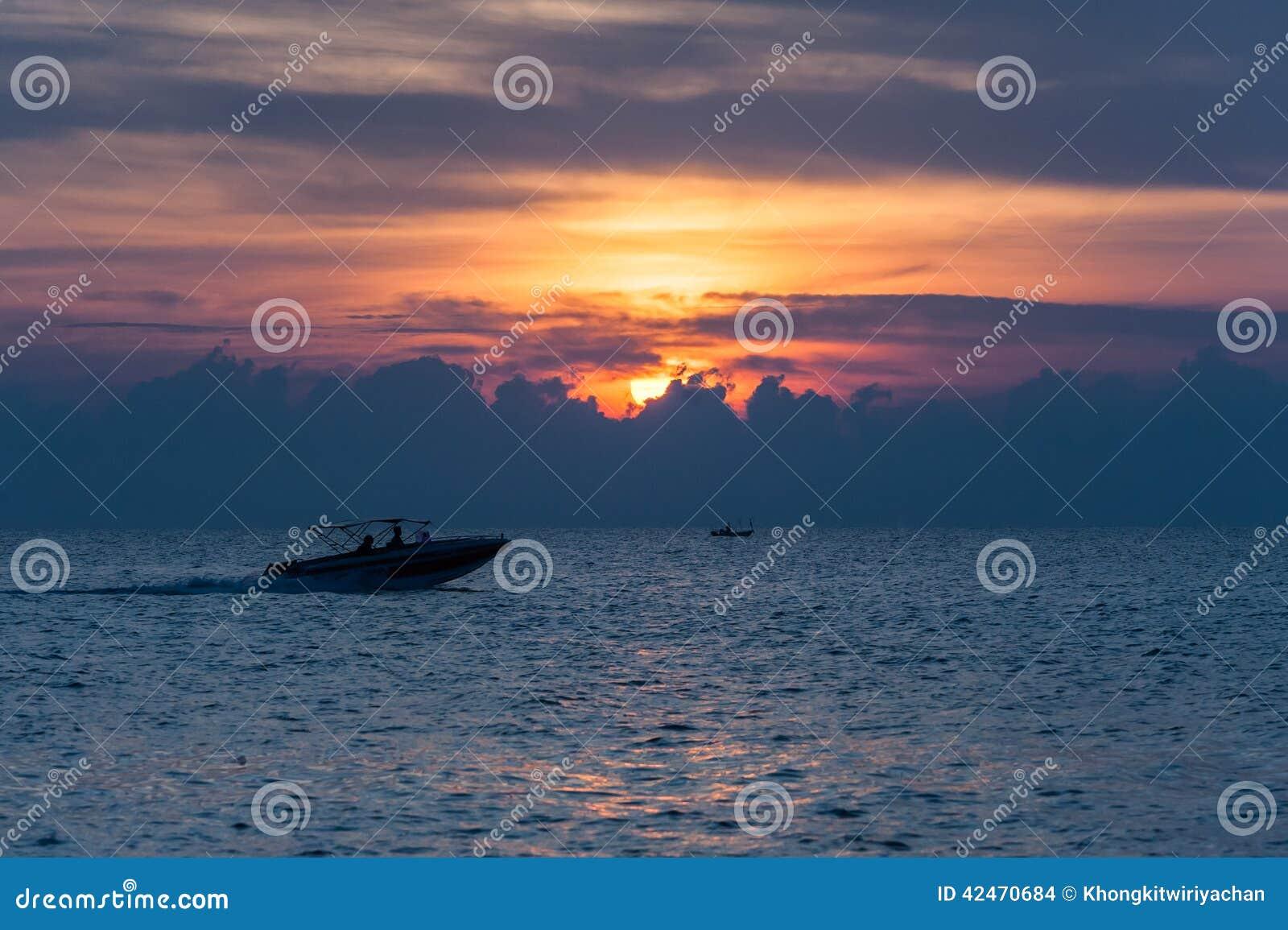 Ansicht des Bootes bei Sonnenaufgang