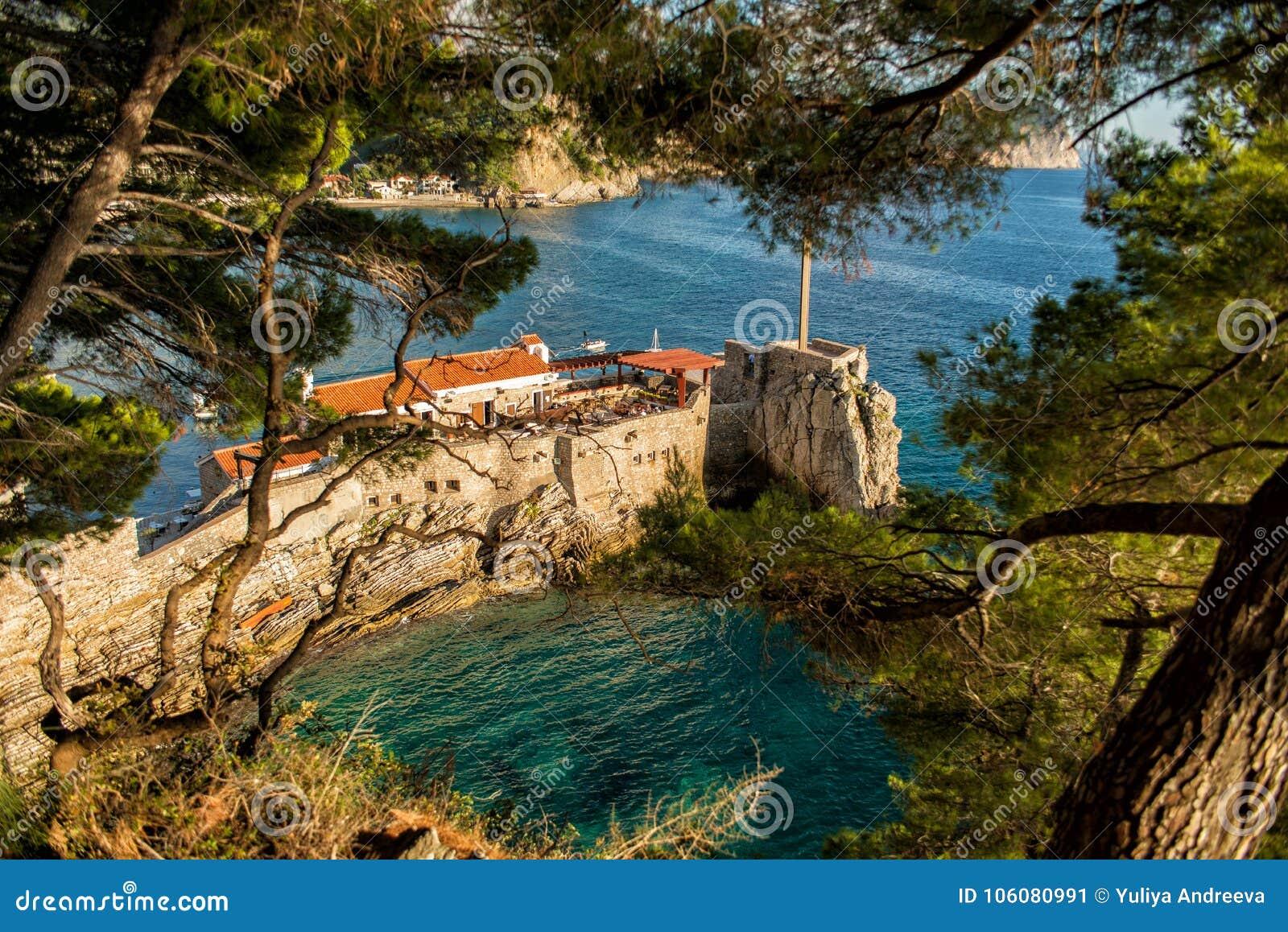 Ansicht des felsigen Kaps im beliebten Erholungsort von Petrovac Schöne Mittelmeerlandschaft am sonnigen Tag, Montenegro