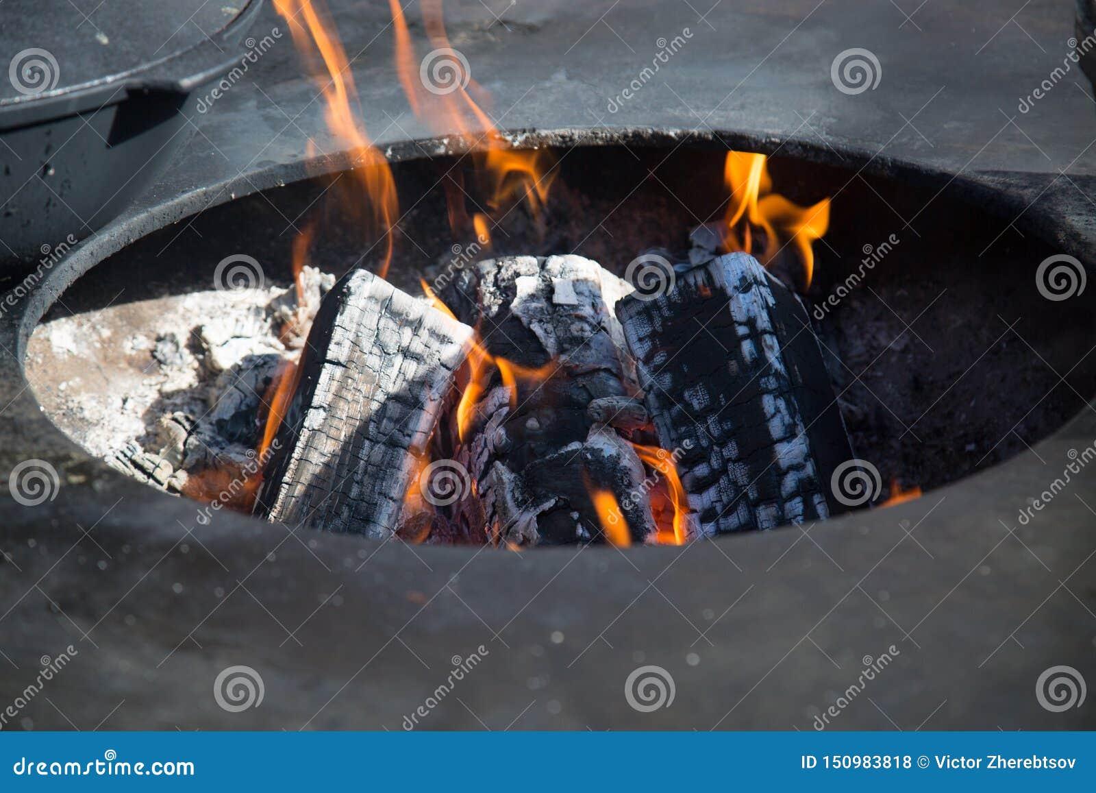 Ansicht des Feuers mit Kohlen im ovalen Loch des Messingarbeiters