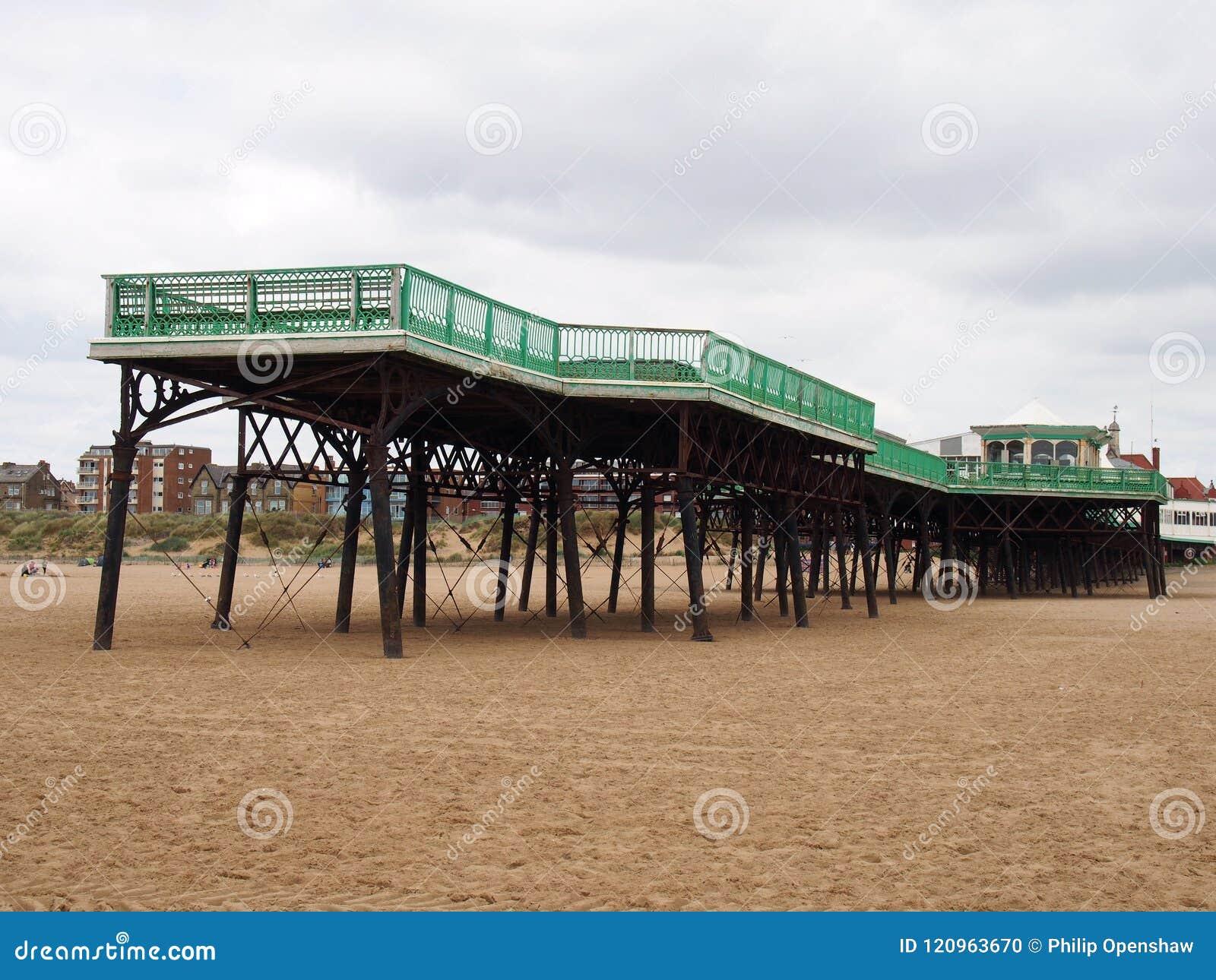 Ansicht des historischen victorian Piers an Heiliges annes auf Meer herein im lancashire mit dem Strand bei Ebbe und in den Gebäu