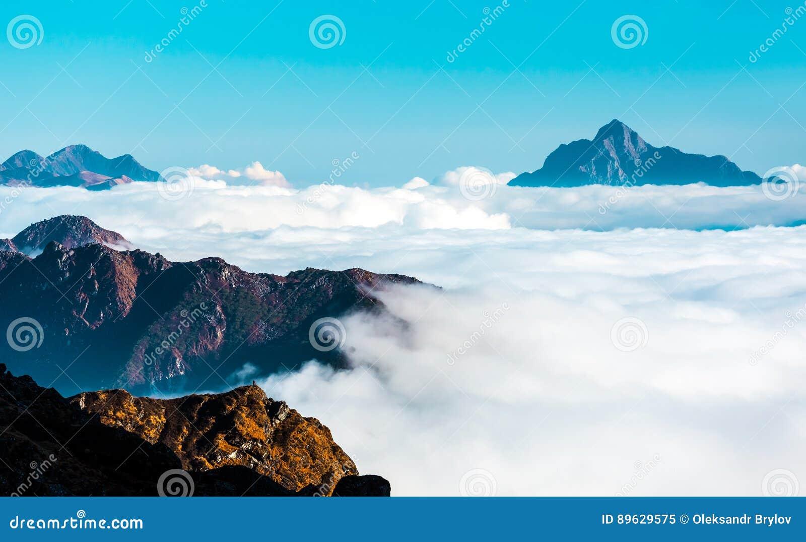 Ansicht des Horizontes abgedeckt durch Wolken-Schicht im Hochgebirge