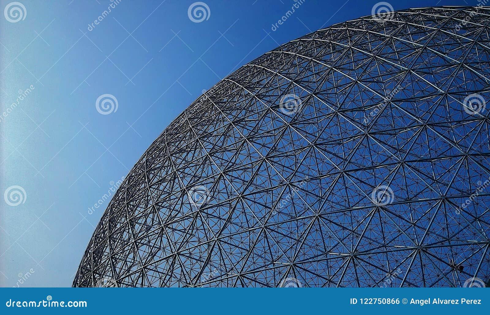 Ansicht des kugelförmigen Dachs des Umwelt-Museums