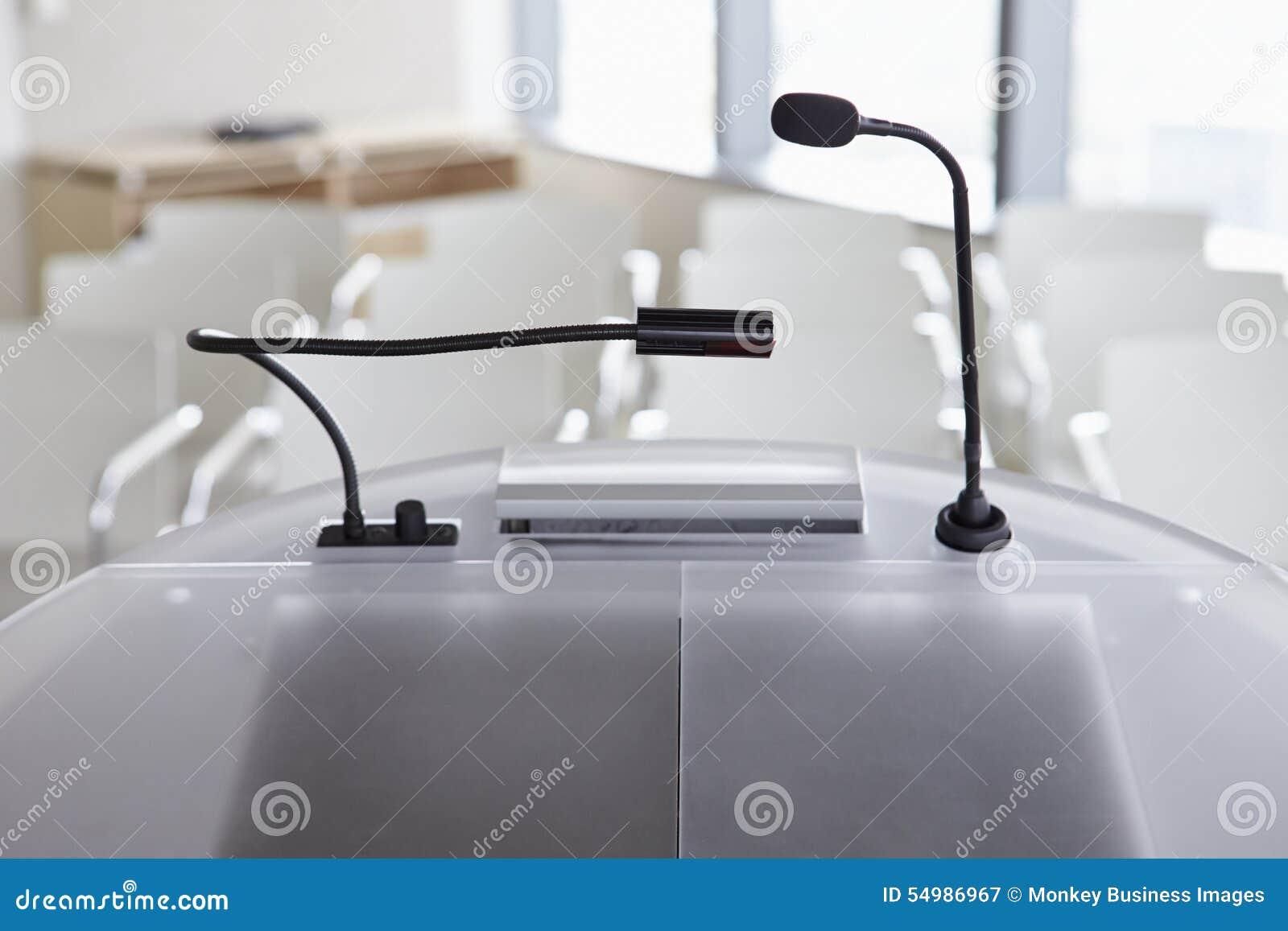 Ansicht des leeren Raumes vom Lesepult bei der Geschäftskonferenz