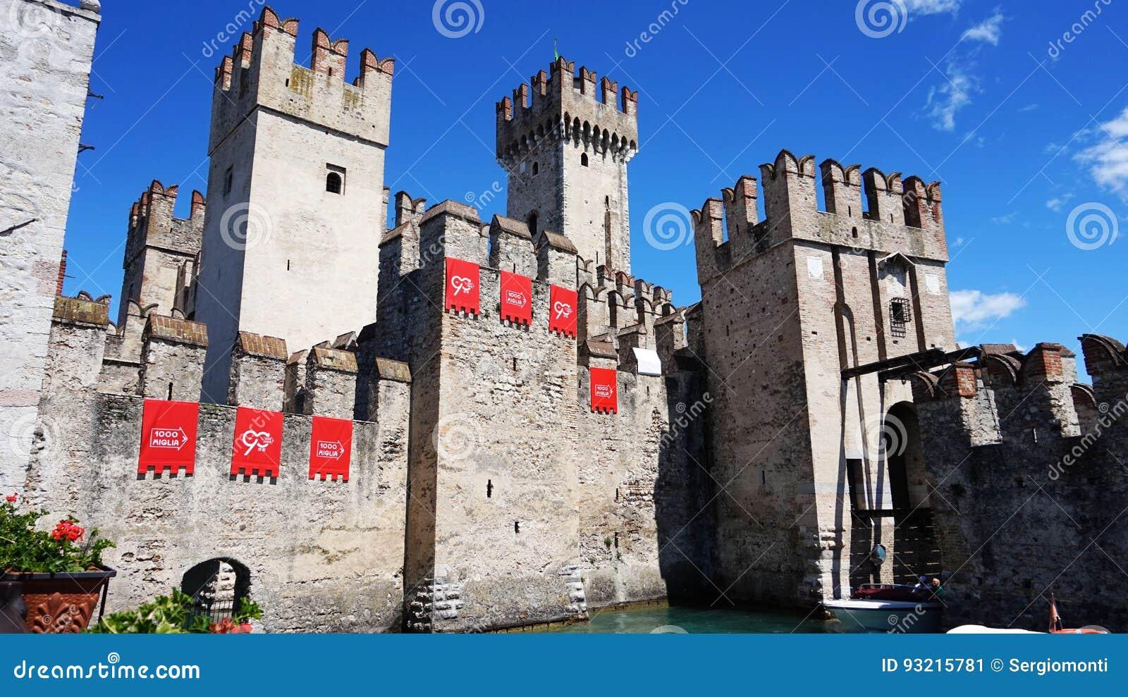 Ansicht des mittelalterlichen Scaliger-Schlosses von Sirmione mit Schild der italienischen Sammlung Mille Miglia und des überschr