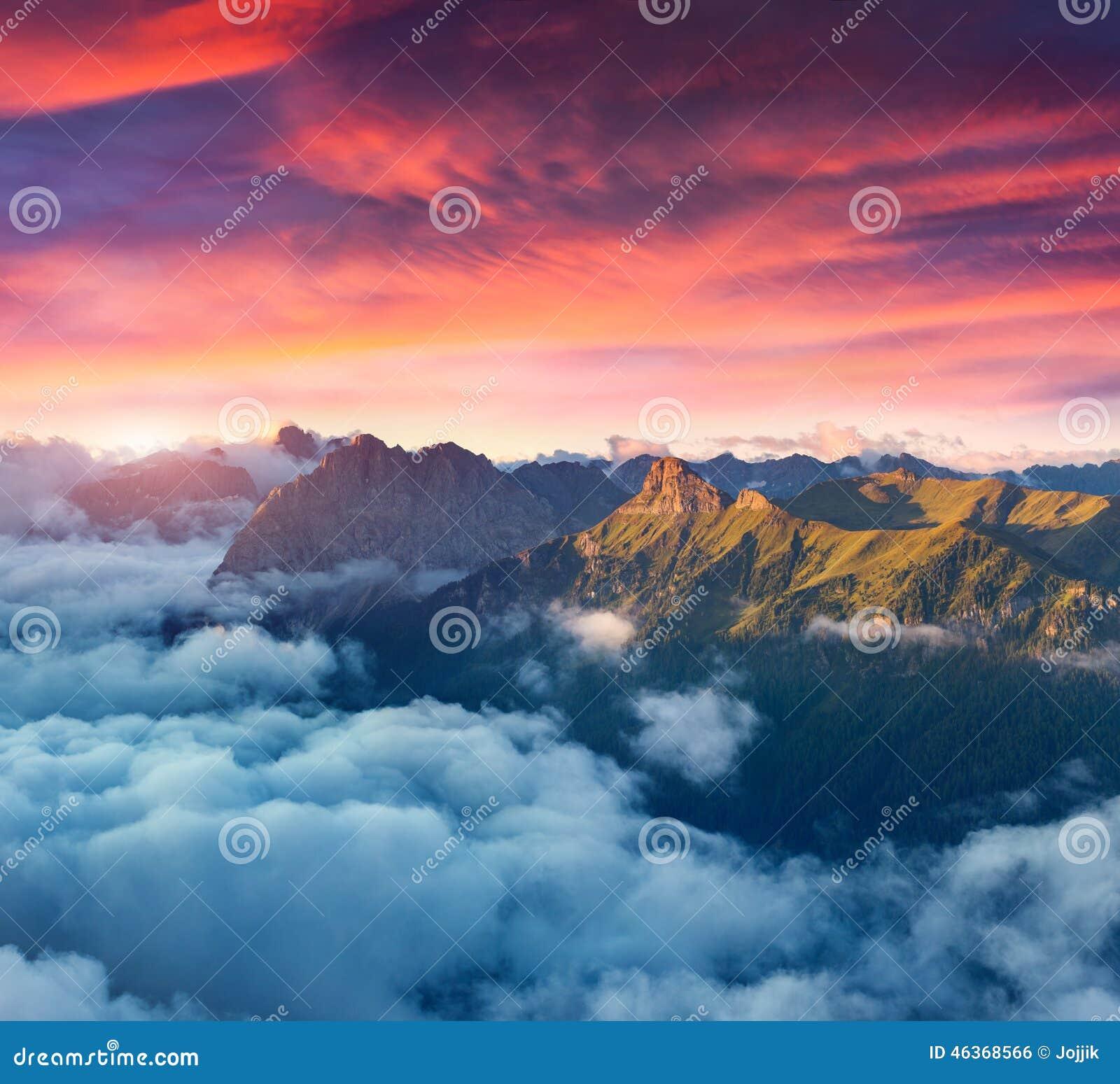 Ansicht des nebeligen Val di Fassa-Tales mit passo Sella eingebürgert