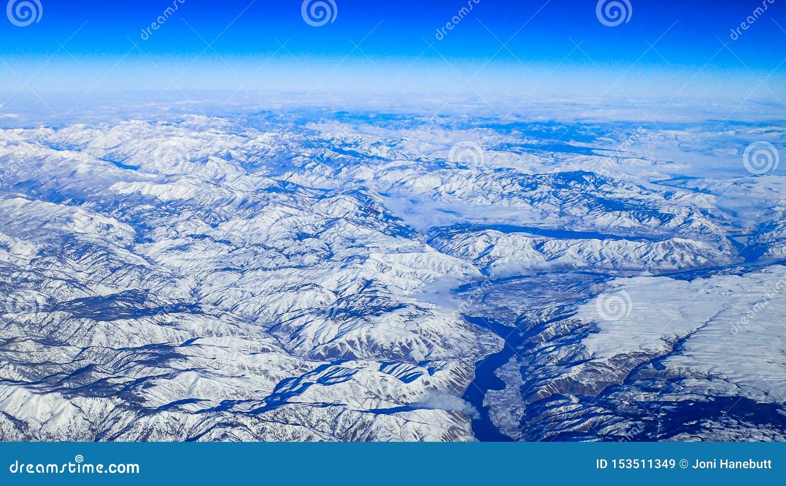 Ansicht des schneebedeckten pazifischen Nordwestens von der Luft