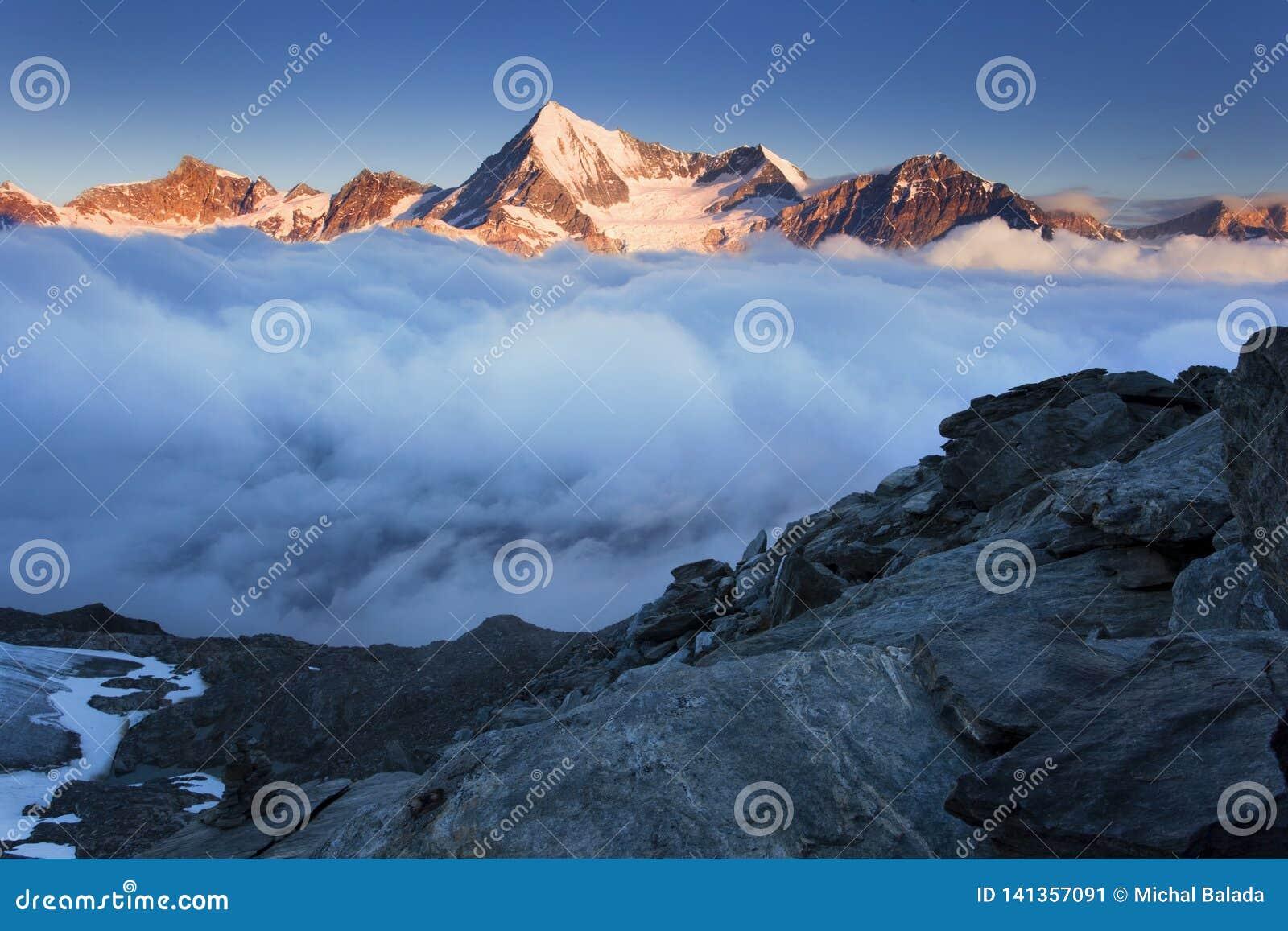 Ansicht des Schnees umfasste Landschaft mit Weisshorn-Berg in den Schweizer Alpen nahe Zermatt Panorama des Weisshorn nahe Zermat