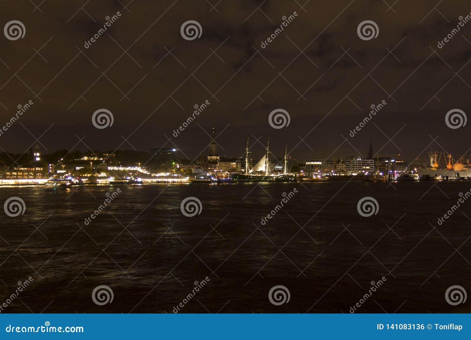 Ansicht des St. Pauli Piers bis zum Nacht, eine von Hamburgs bedeutenden Touristenattraktionen Hamburg, Deutschland