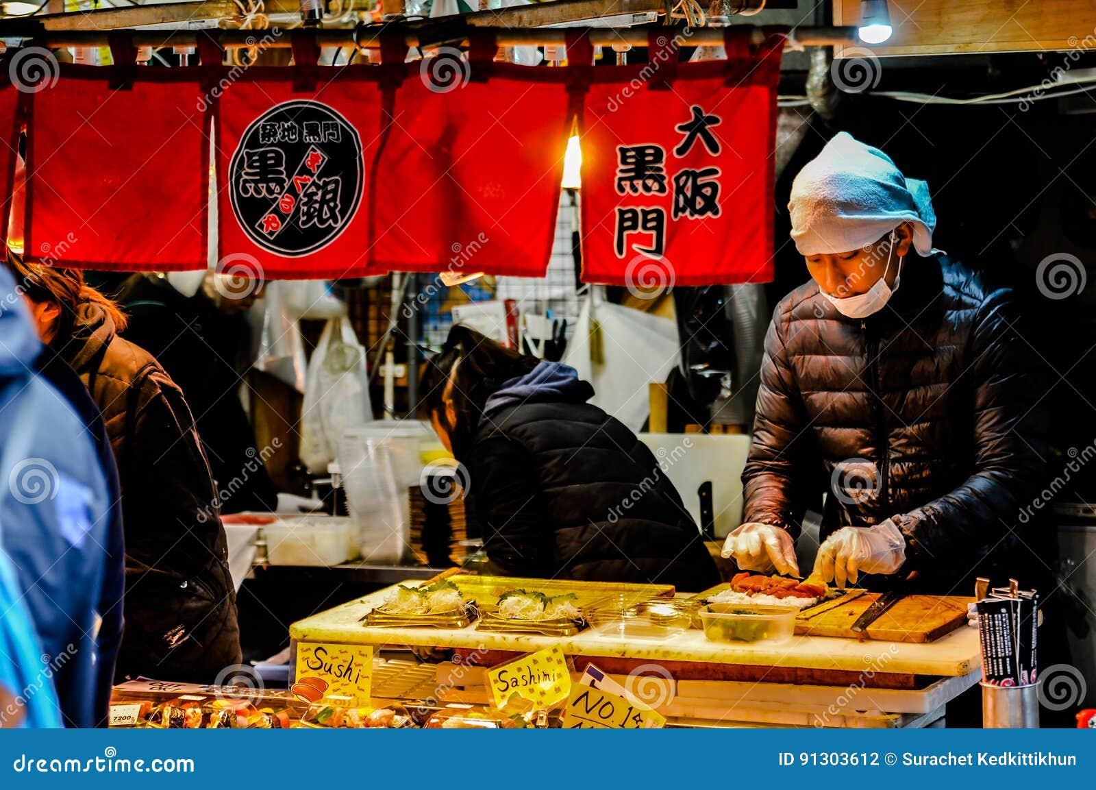 Ansicht des Tsukiji-Fischmarktes mit Einzelhandelsgeschäften und Restaurants Carter in Tokyo